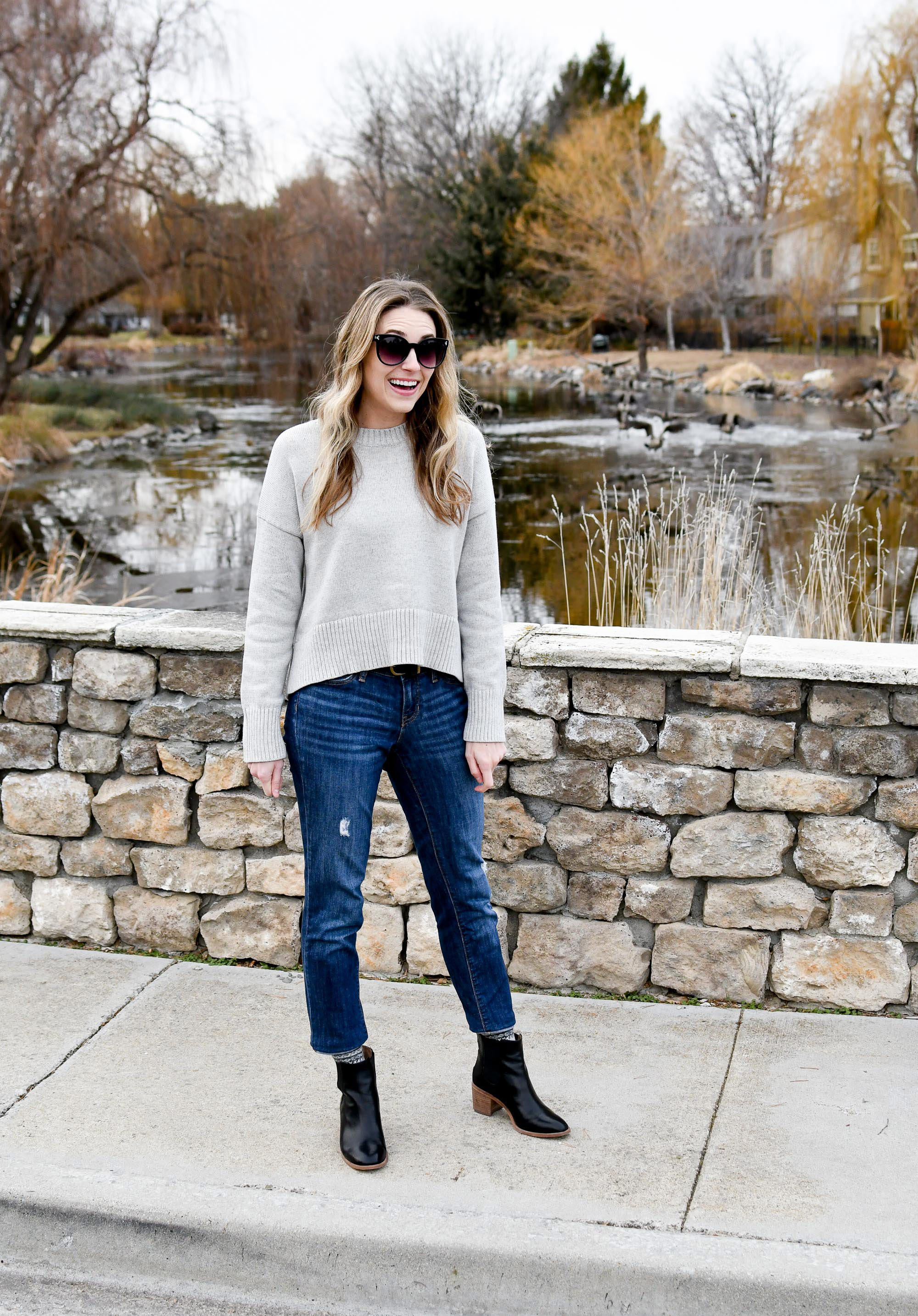 Winter outfit with sweater, boyfriend jeans, ankle boots — Cotton Cashmere Cat Hair