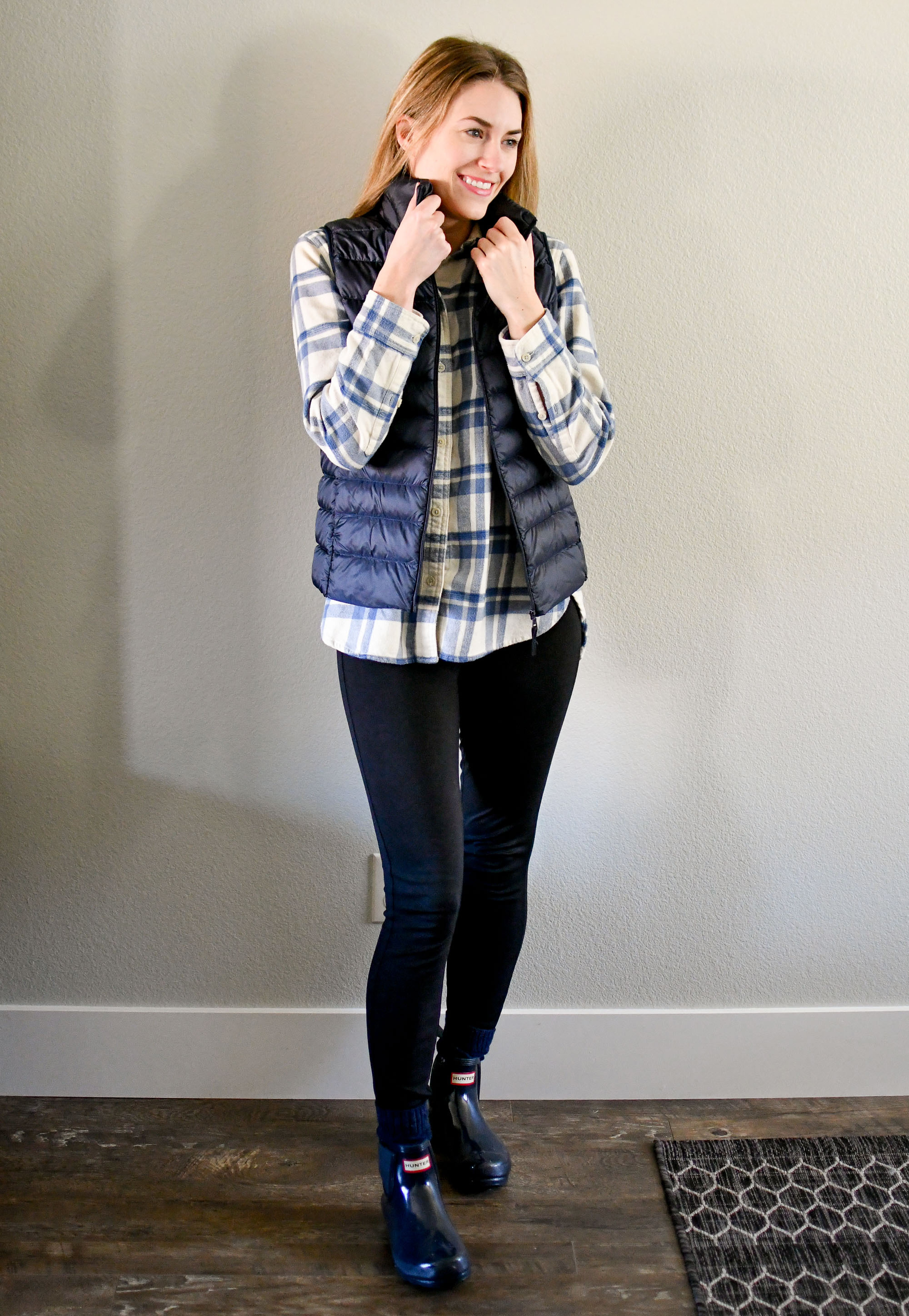Casual rainy winter outfit with navy glossy Hunter boots — Cotton Cashmere Cat Hair