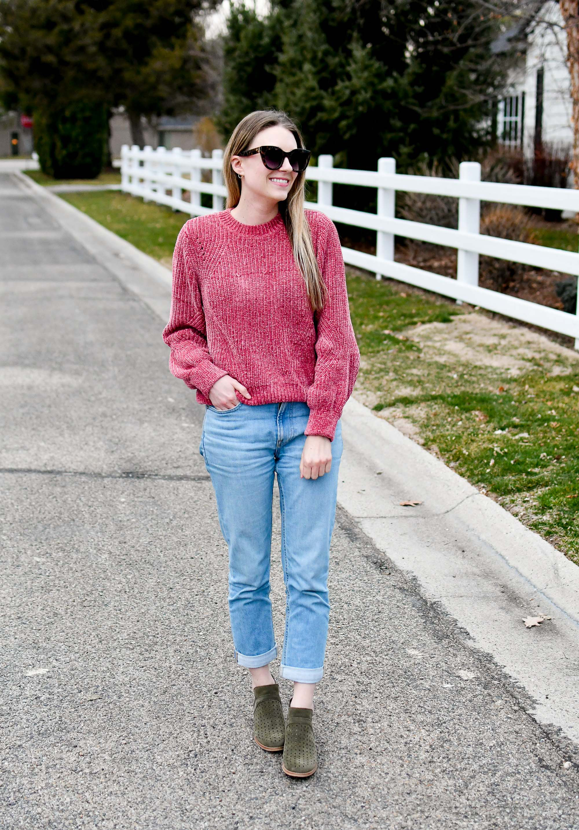 Casual spring outfit with pink sweater, boyfriend jeans, olive green boots — Cotton Cashmere Cat Hair
