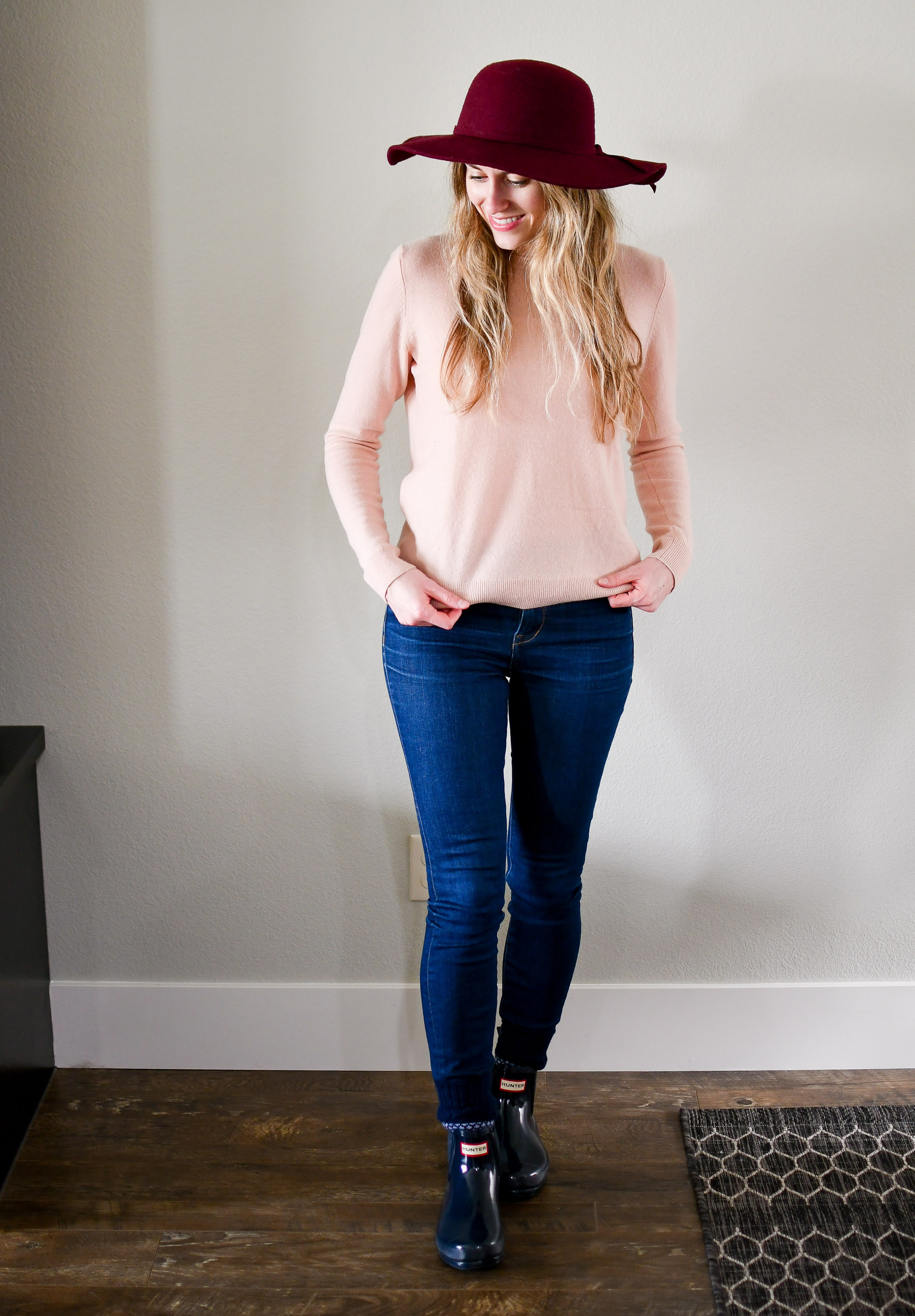 Rainy day spring outfit with pink sweater and burgundy hat — Cotton Cashmere Cat Hair