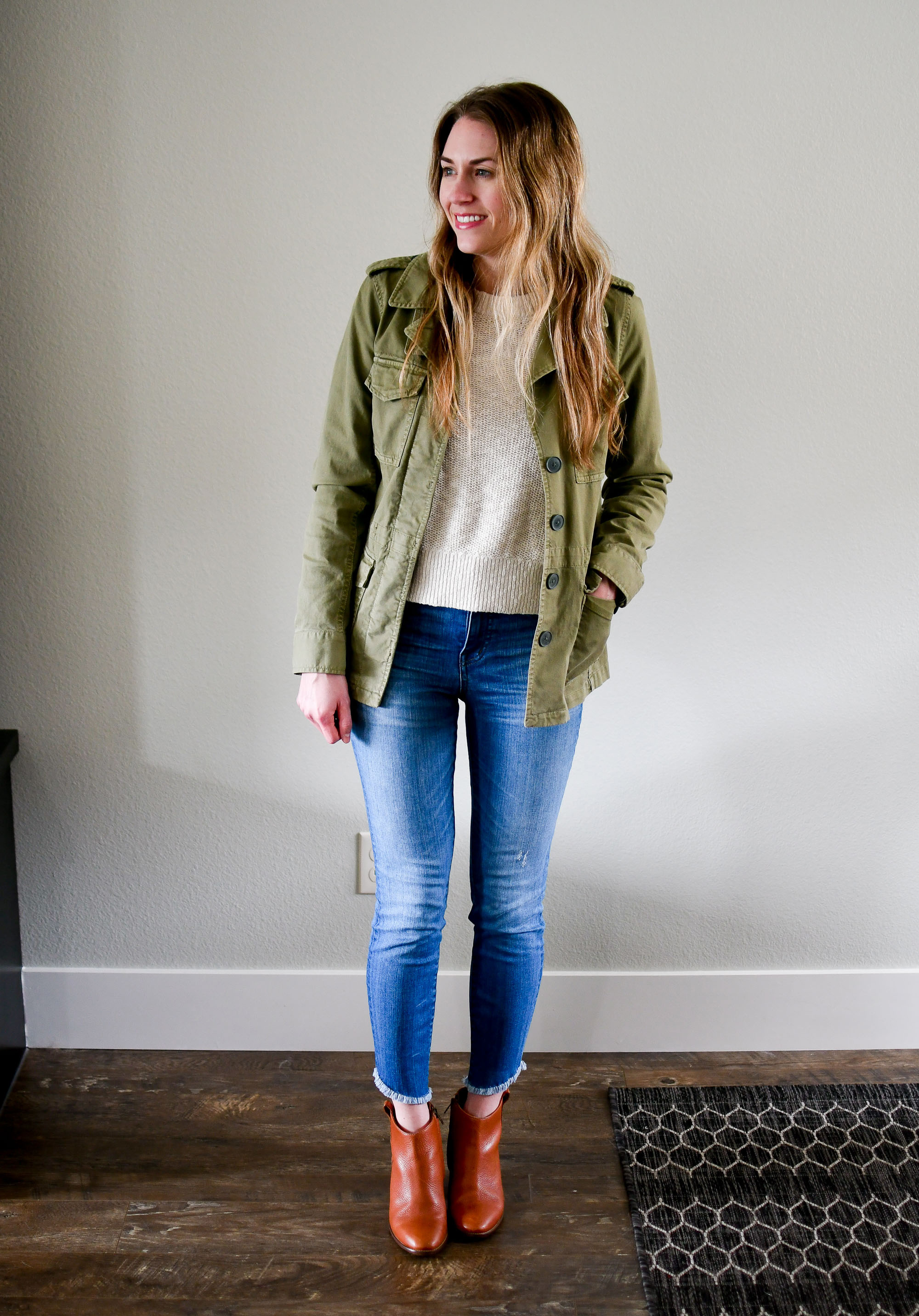 Casual spring outfit with green jacket, skinny jeans, ankle boots — Cotton Cashmere Cat Hair