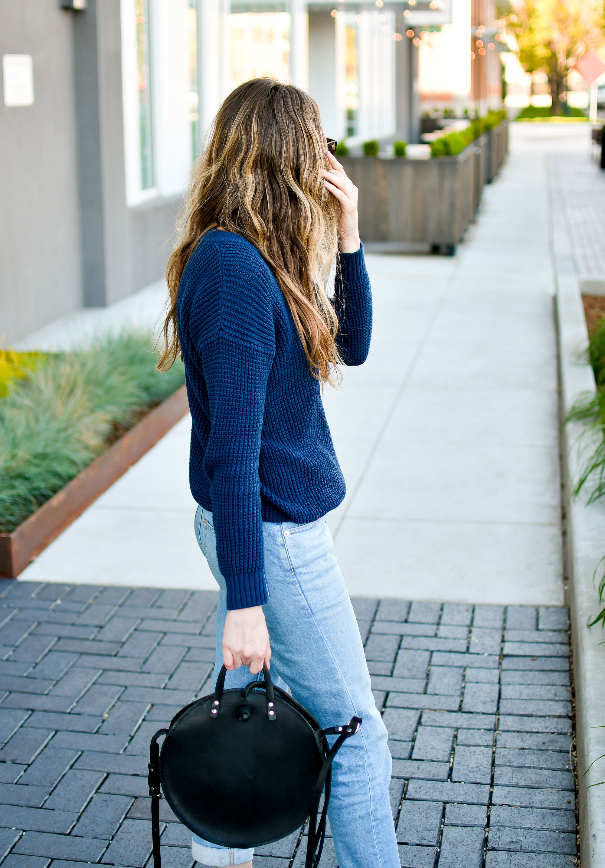 Navy sweater spring outfit with boyfriend jeans and circle bag — Cotton Cashmere Cat Hair