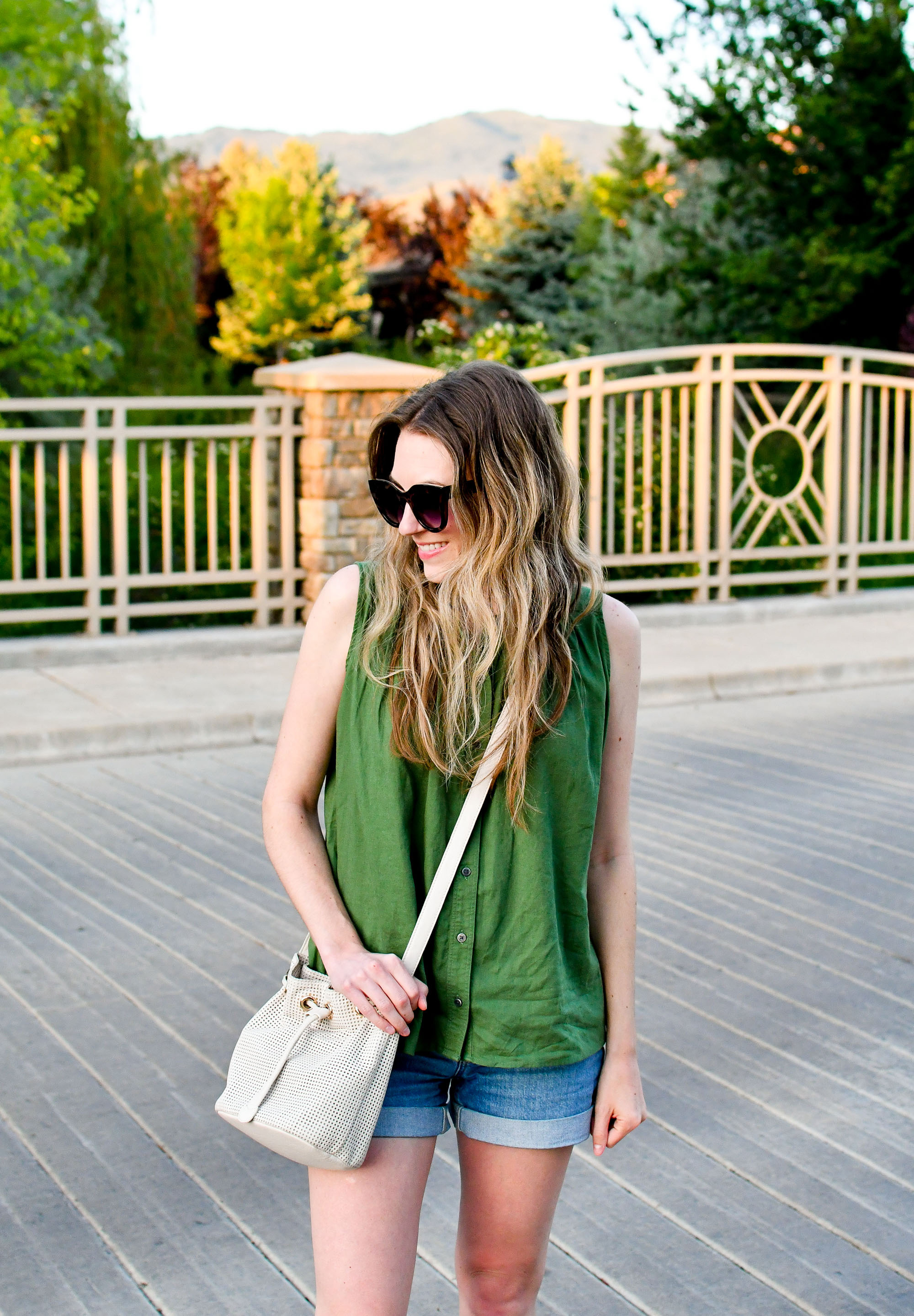 Spring outfit with green top and white bucket bag — Cotton Cashmere Cat Hair