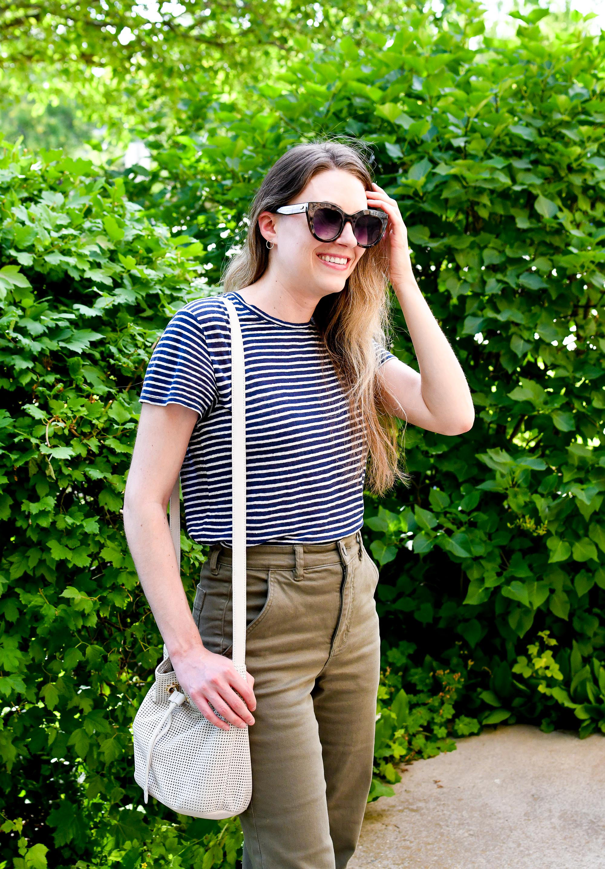 Striped linen tee summer outfit with white bucket bag — Cotton Cashmere Cat Hair