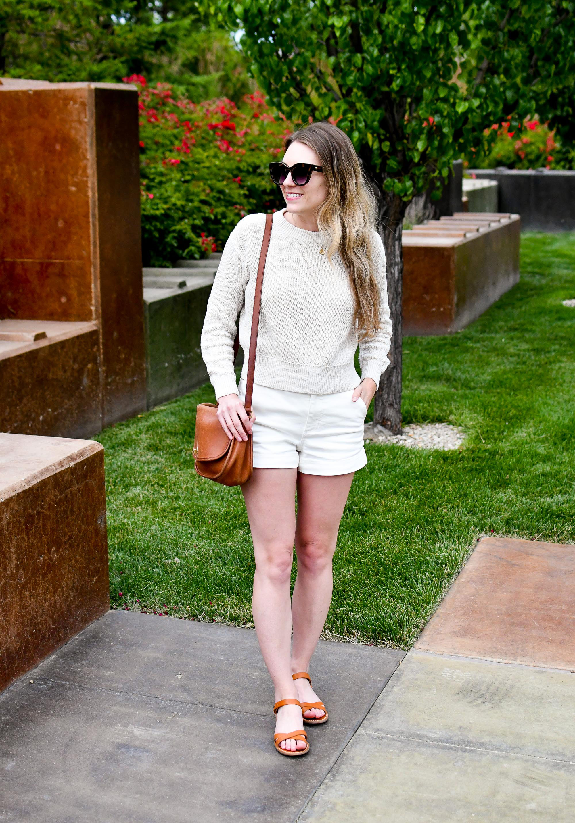 Casual summer outfit with cotton-linen sweater and white shorts — Cotton Cashmere Cat Hair
