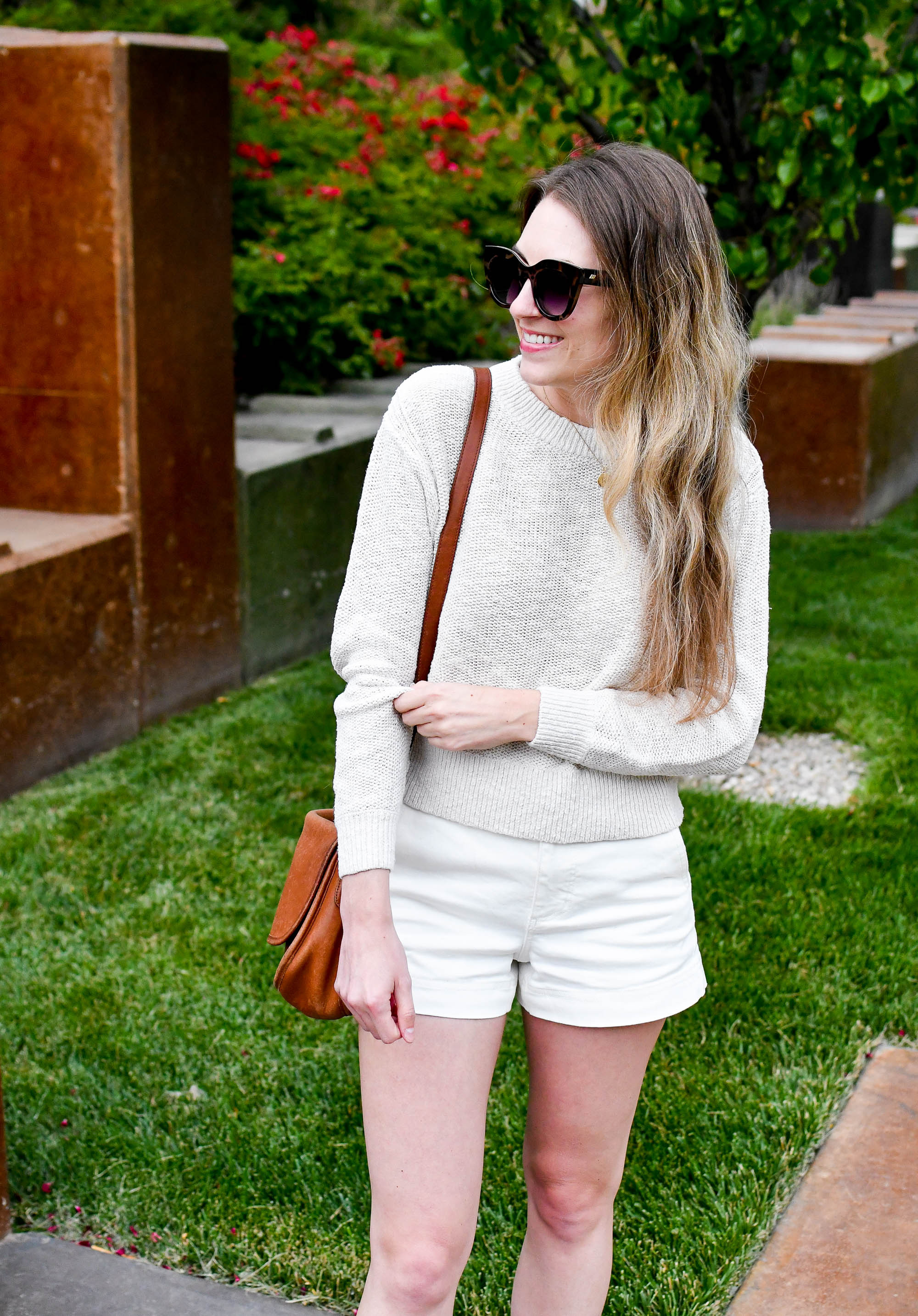 Everlane cotton twill shorts in bone summer outfit — Cotton Cashmere Cat Hair