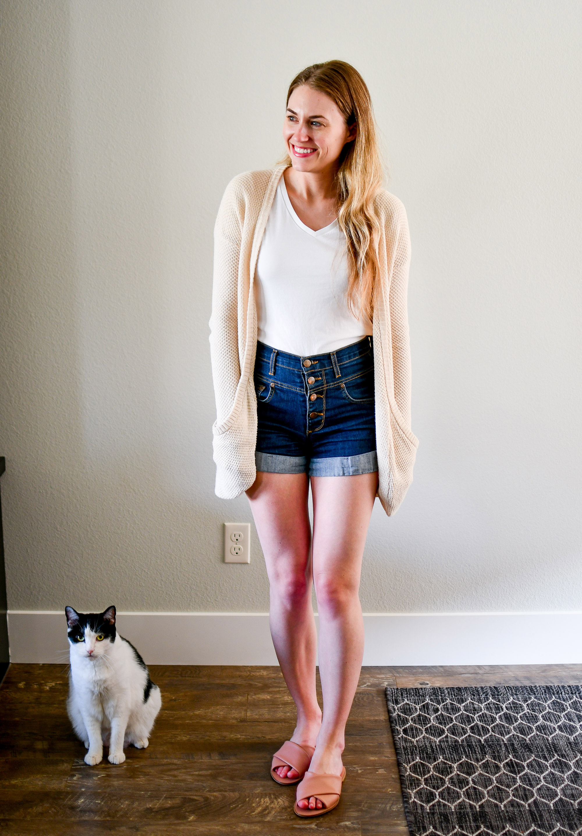 Casual weekend summer outfit with high-rise denim shorts — Cotton Cashmere Cat Hair