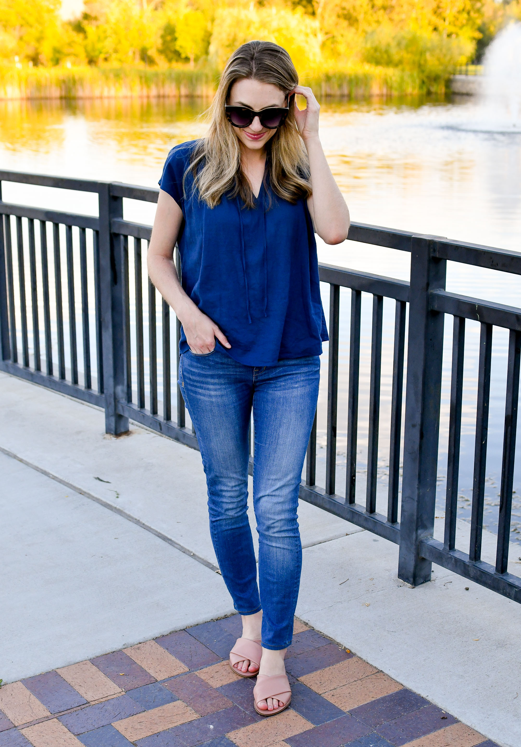 Casual work outfit with navy linen top and skinny jeans — Cotton Cashmere Cat Hair