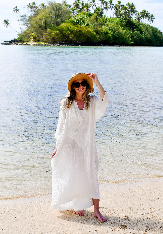White caftan on Muri Beach, Cook Islands — Cotton Cashmere Cat Hair