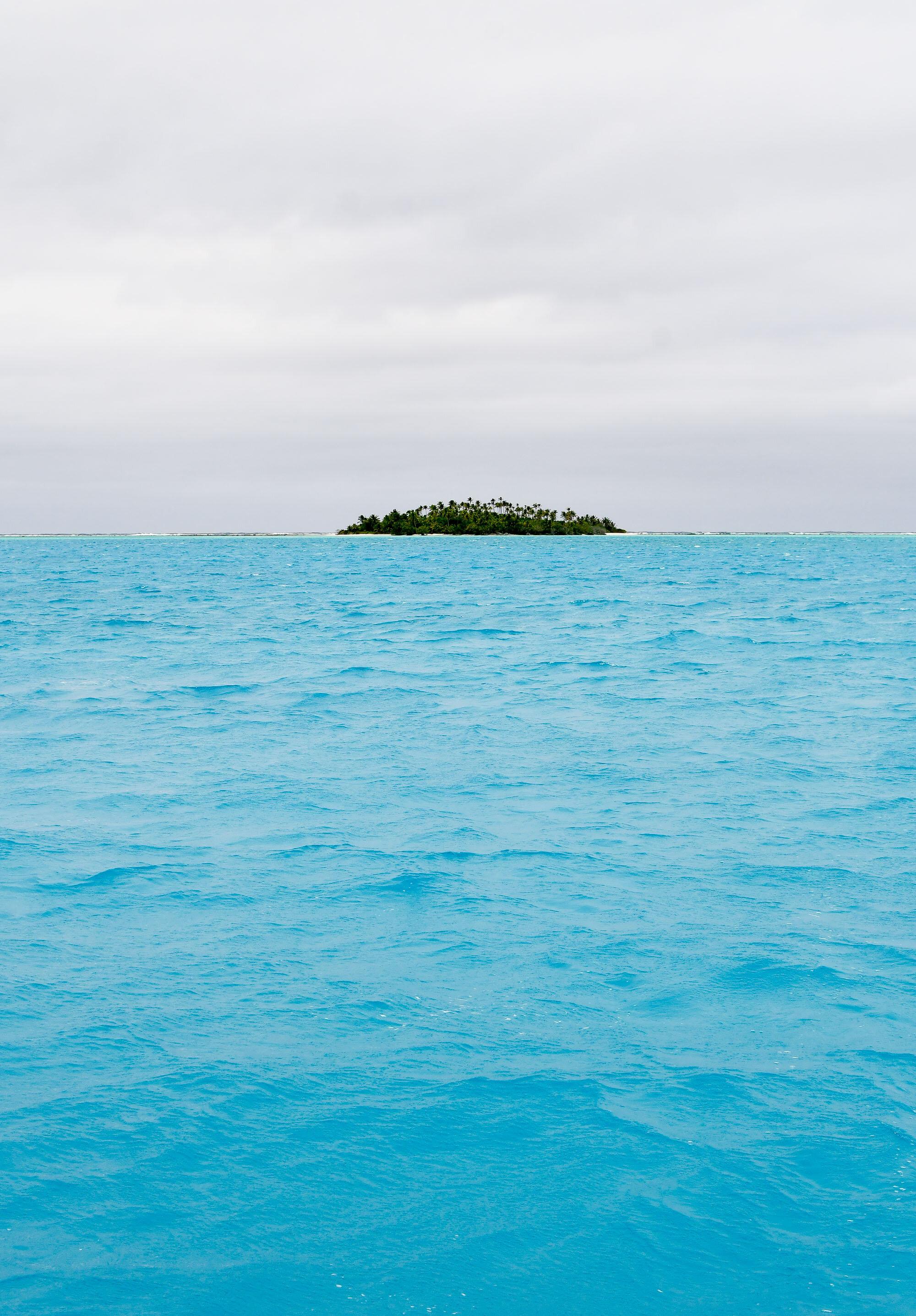 Stunning blue of the Aitutaki lagoon, Cook Islands — Cotton Cashmere Cat Hair