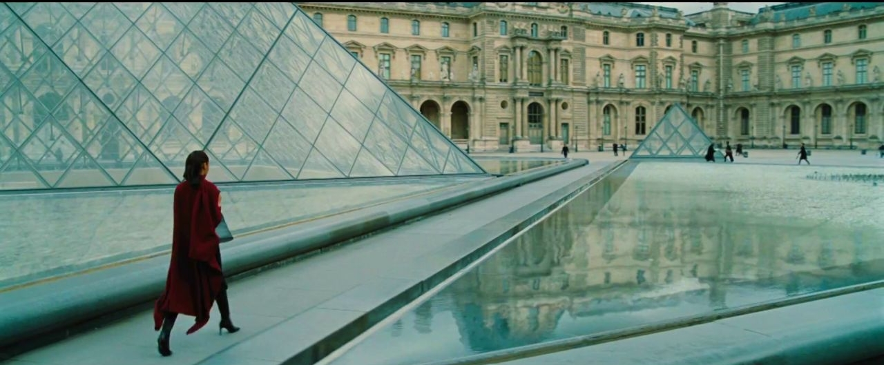 Wonder Woman walking into the Louvre