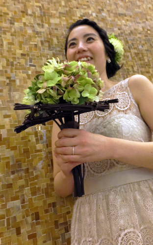 3. Bridal Bouquet & Hair's Ornament