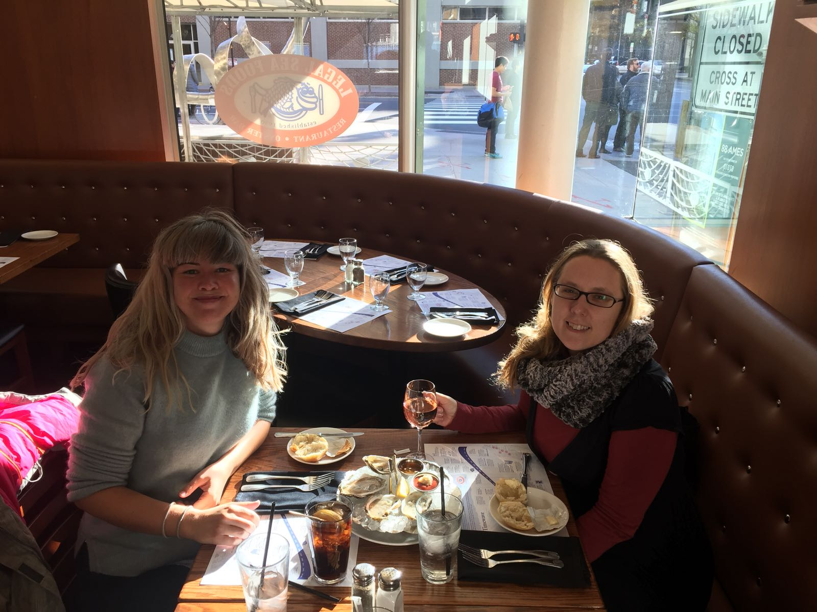 Nanna Schneidermann and Katrien Pype discussing project plans over lunch