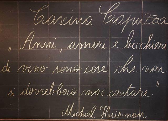 """🇮🇹 Lavagna saggia alla Cascina Capuzza... . """" Anni, amori e bicchieri di vino sono cose che non si dovrebbero mai contare"""". . 🇬🇧 Wise board at Cascina Capuzza. . """"You should never count your age, loves, or glasses of wines"""" . #selvacapuzza #winelover #desenzano #sirmione #wine #winetasting #wineoclock #winemoments #winepassion #cascina #ristorante #quote #quotesoftheday #frasedelgiorno #aforismi"""
