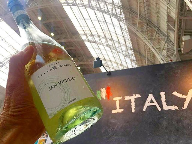 🇮🇹 I nostri vini alla #londonwineweek ! Giornate tiepide e soleggiate fanno da cornice a questa meravigliosa manifestazione! . 🇬🇧 Our wines are at the #olympia #london #wineweek ! Mild and sunny days are available as well for this great event! . . #selvacapuzza #winelover #desenzano #sirmione #wine #winetasting #wineoclock #sanvigilio #italianwine #londonevents #winefair #winetime #winetour #winetourism #winetravel #winetasting #degustare #enjoy