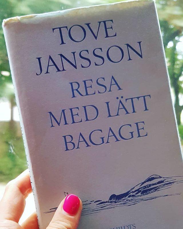 """""""Det har alltid varit min dröm att resa med lätt bagage, en liten väska som man nonchalant sveper med sig, går med raska men inte brådskande steg genom till exempel en flyghall, passerar en massa nervösa människor som släpar på tunga resväskor - nu, för första gången, lyckades jag ta med mig det absolut minimala, jag hade inte tvekat inför släktklenoderna och dessa älskvärda småting som påminner en om... ja, om emotionella bitar av ens liv - nej, det minst av allt. Väskan blev lika lätt som mitt lättsinniga hjärta..."""" 💎🦄🧡"""