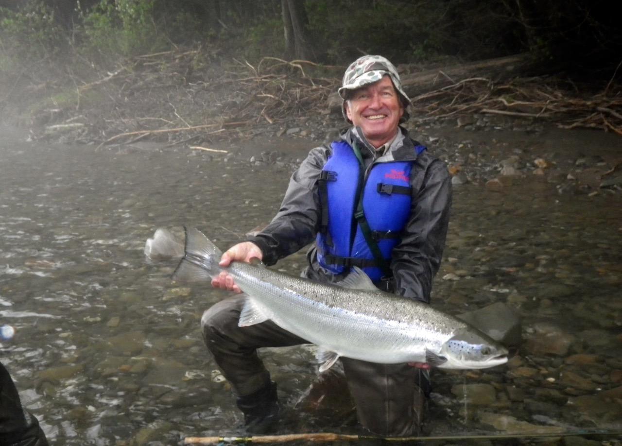 Karl Kliem, en visite au Camp Bonaventure, et un beau saumon aux flancs argentés de la Bonaventure. Belle prise, Karl!