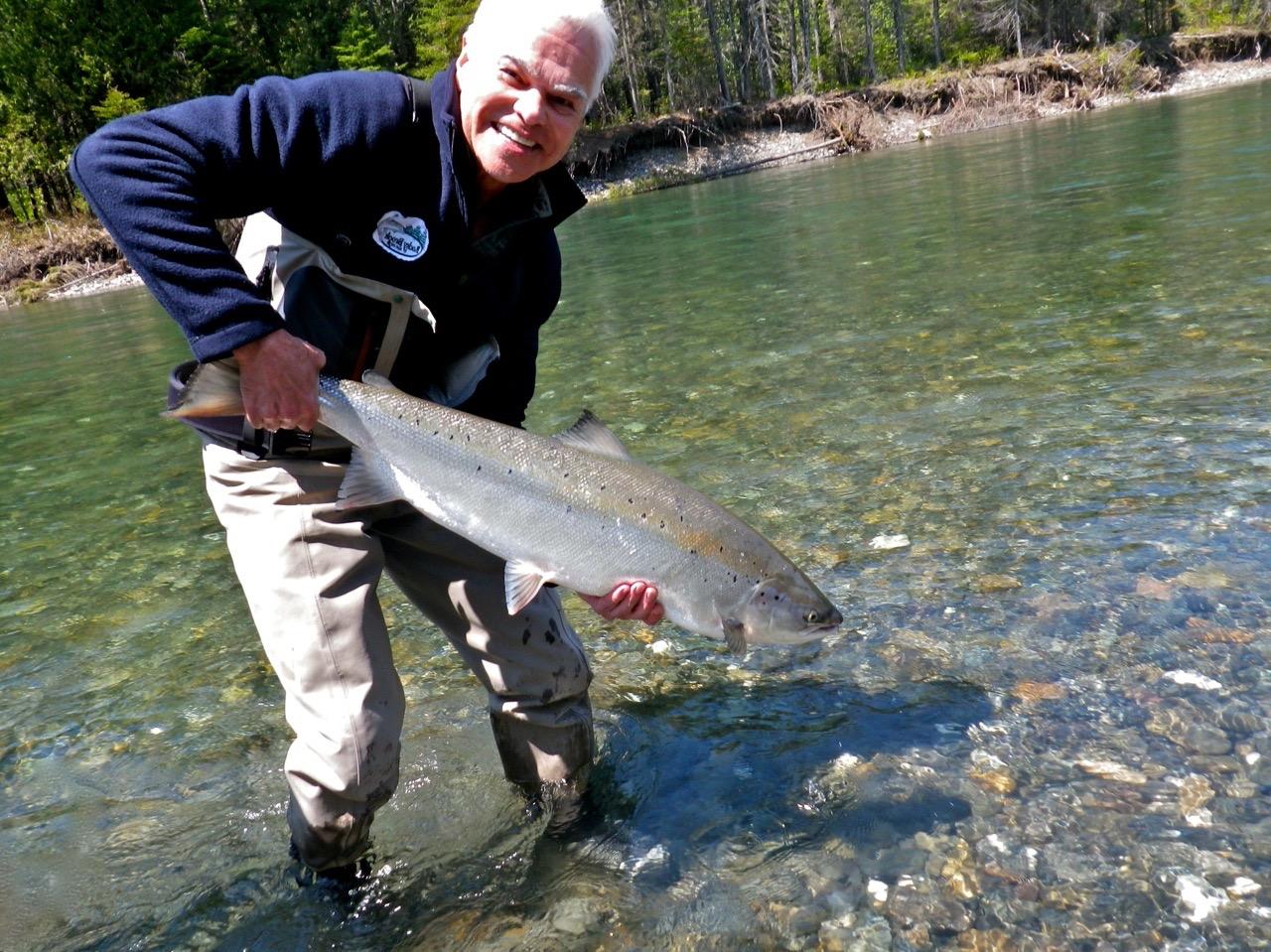 Dale Fox remet à l'eau un très beau saumon. Félicitations, Dale!