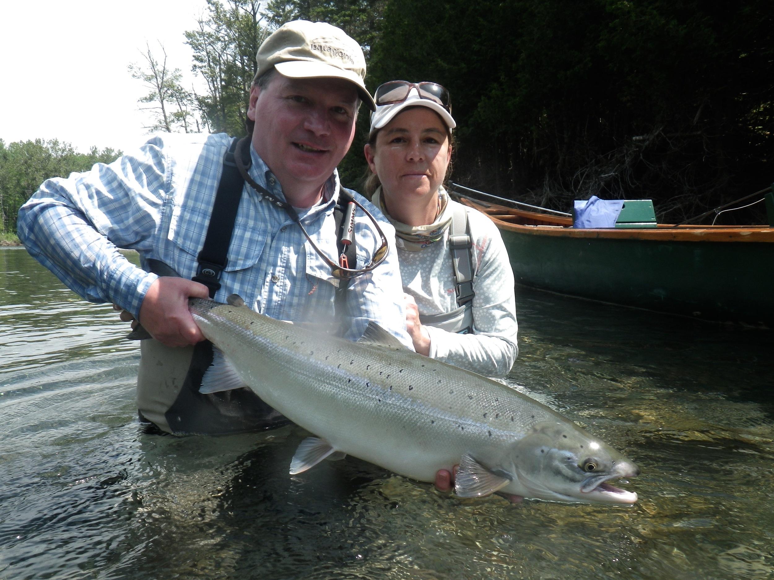 Marc Turcotte, un habitué du Camp Bonaventure, avec sa femme, Pascale, et un beau saumon de la Bonaventure. Félicitations!