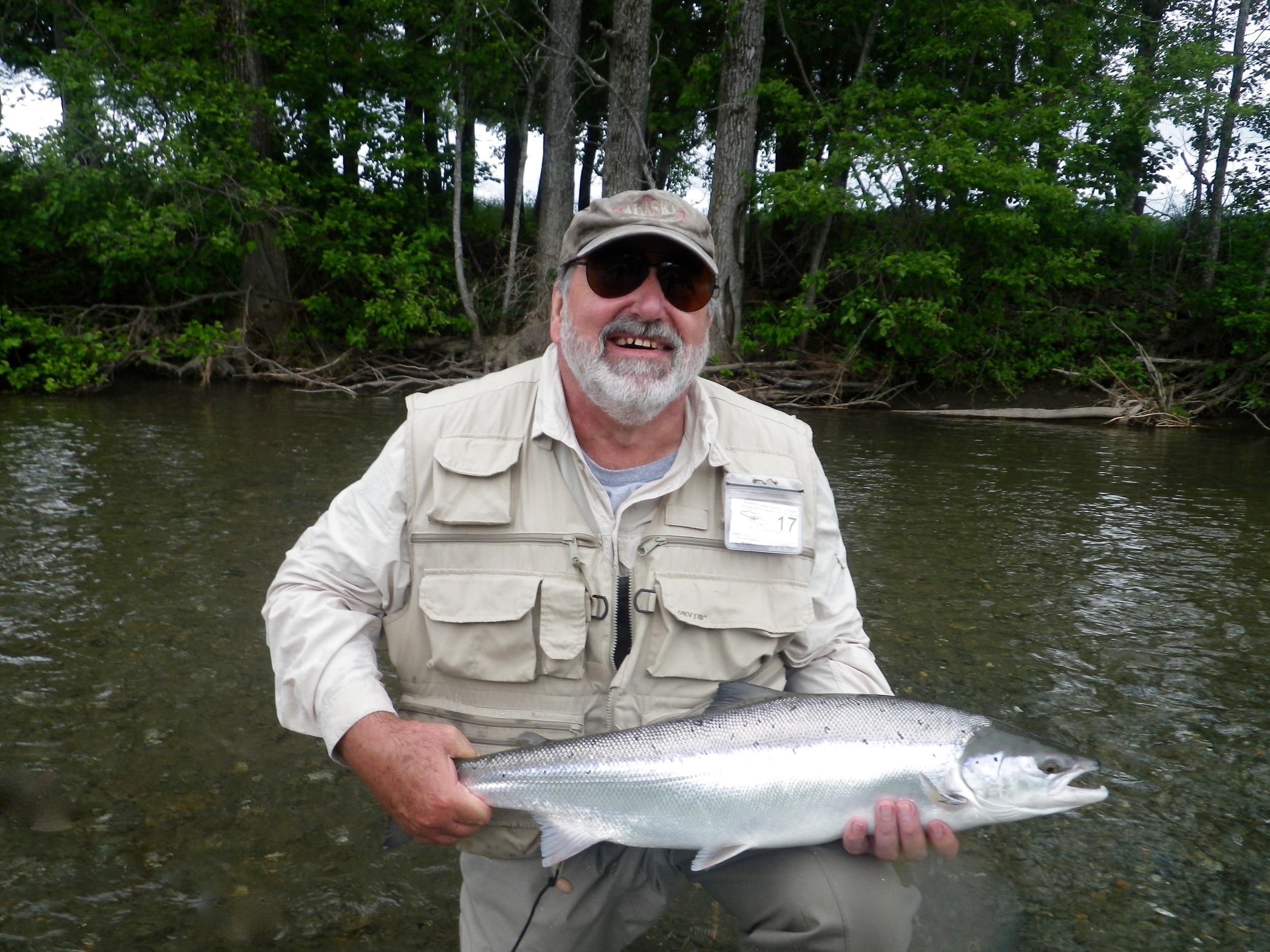 Jim Staszewski et son premier saumon de 2016… et pas son dernier! Jim a été le pêcheur de la semaine!