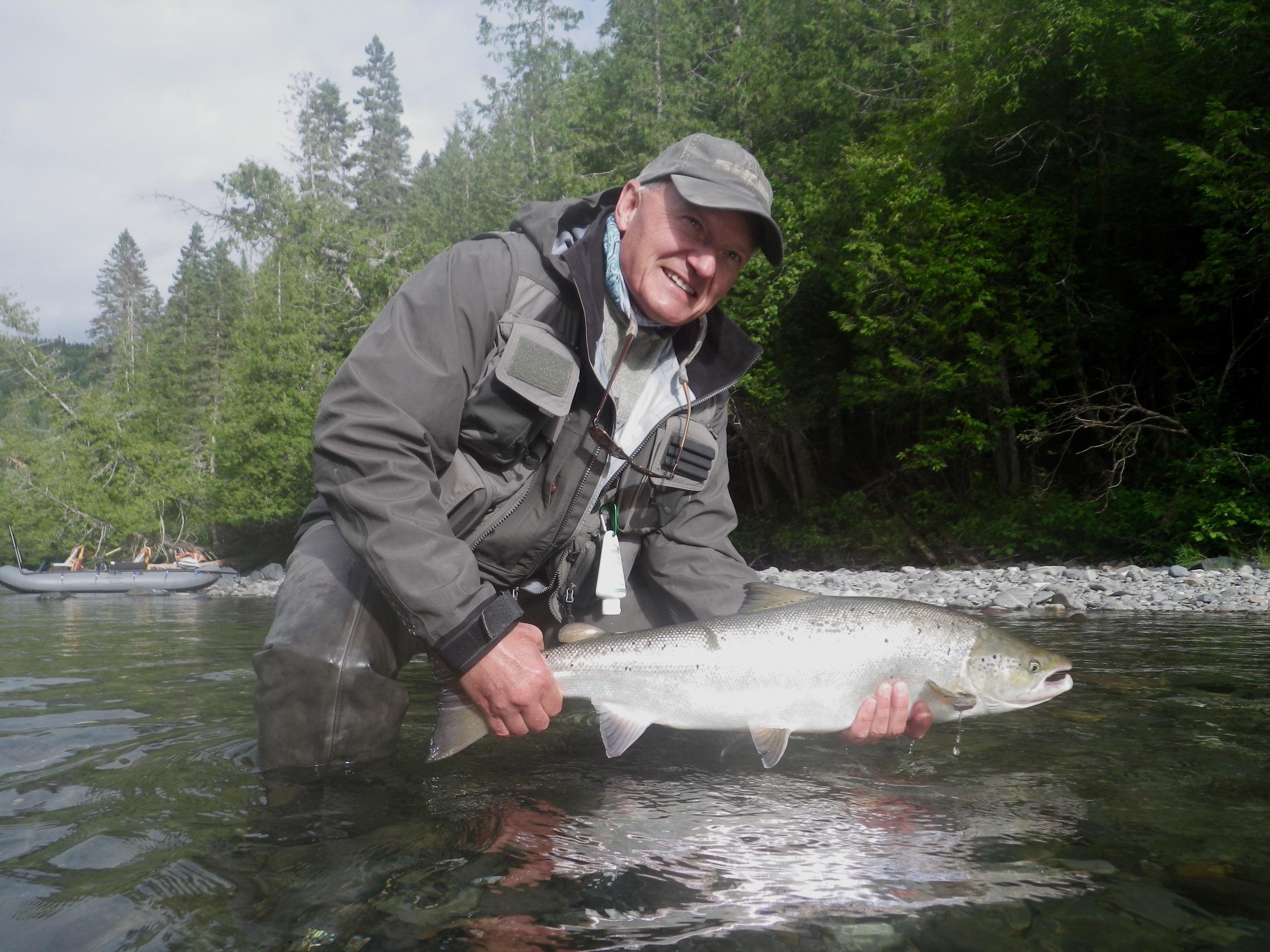 Peter Bennett, un habitué du Camp Bonaventure, remet à l'eau un beau saumon de la Bonaventure. Belle prise, Peter!