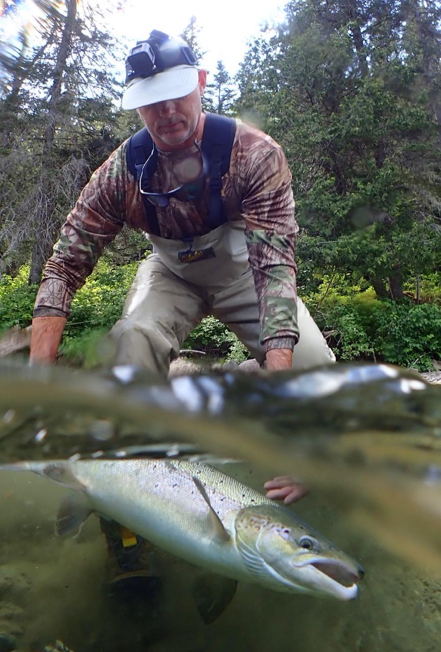Shawn Kennedy remet dans la Bonaventure le beau saumon qu'il a capturé. Belle prise, Shawn!