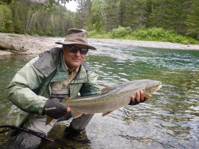 James Palmer remet à l'eau un autre superbe saumon dans la rivière Bonaventure. Quelle belle façon de commencer des vacances! Bravo, James!