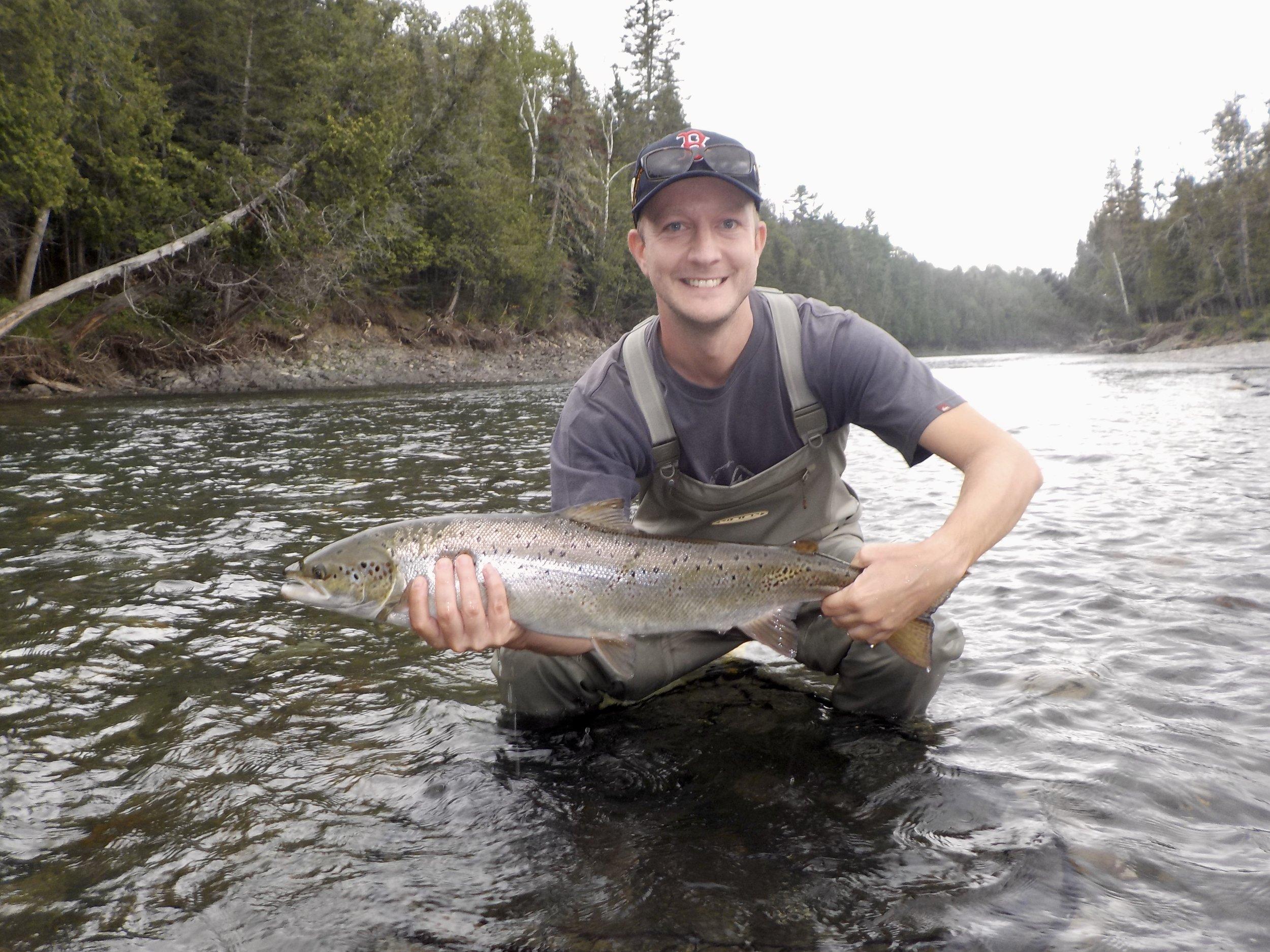 Michael Herfs en est à sa première visite au Camp Bonaventure. Quel beau saumon il s'apprête à remettre à l'eau dans la Petite Cascapédia!