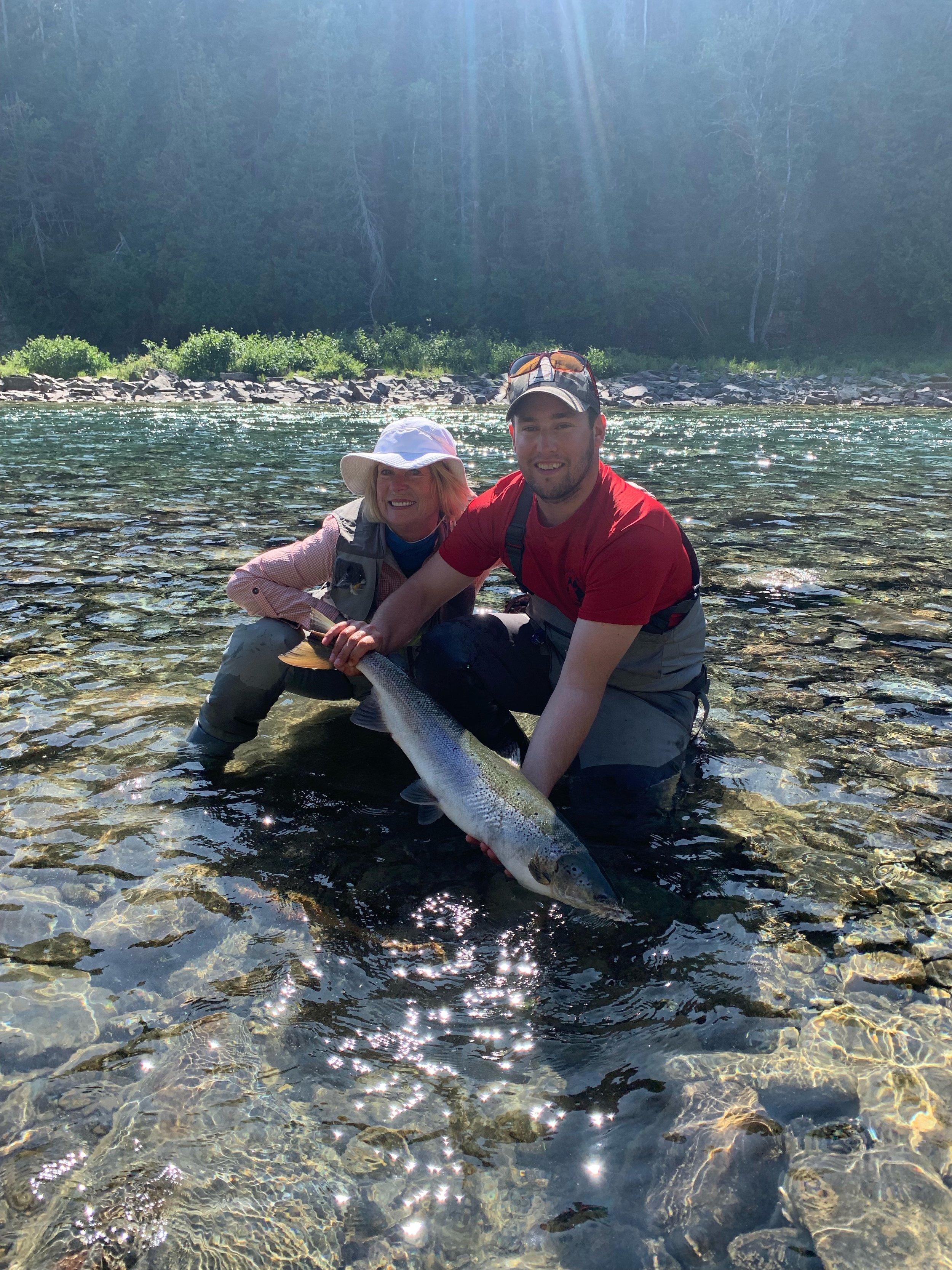 Notre chère amie Sonja Meisner a capturé ce magnifique spécimen dans la rivière Bonaventure en compagnie de Robert, notre fantastique guide.