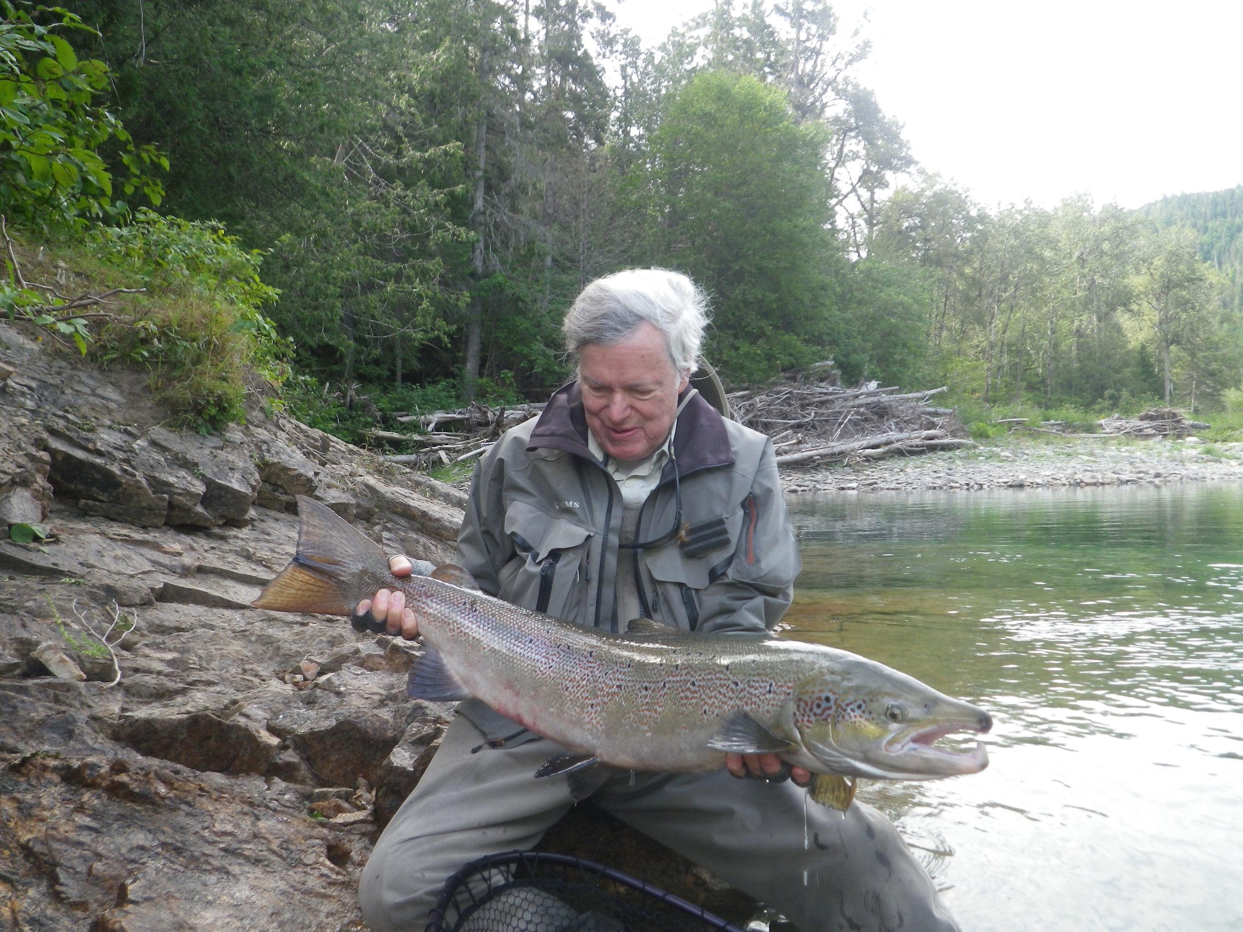 Wright Palmer est depuis nombre d'années un de nos charmants clients, tant au Camp Bonaventure qu'à Salmon Lodge. Wright prend le temps d'admirer sa superbe prise avant de la remettre dans la rivière Bonaventure!
