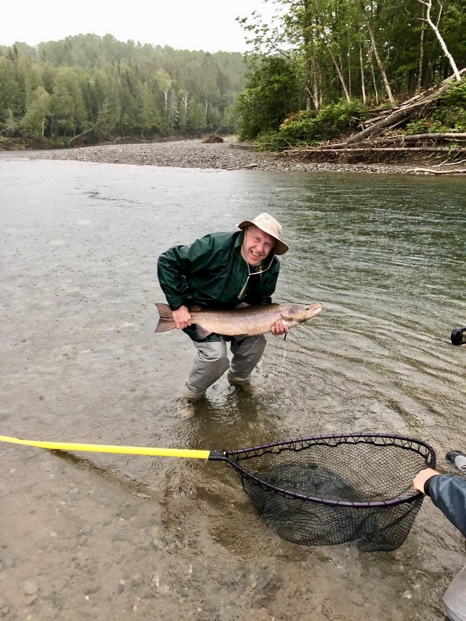 Cette année, nous avons eu le plaisir d'accueillir de nouveau Don Merrithew au Camp Bonaventure! On dirait que le saumon avait hâte de le revoir, lui aussi! Belle prise, Don!