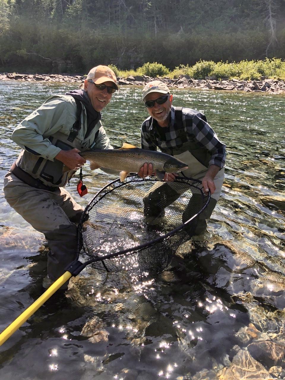 Wayne Merrithew a passé une belle journée avec notre guide Marc sur la Bonaventure et a remis à l'eau ce beau spécimen de saumon!