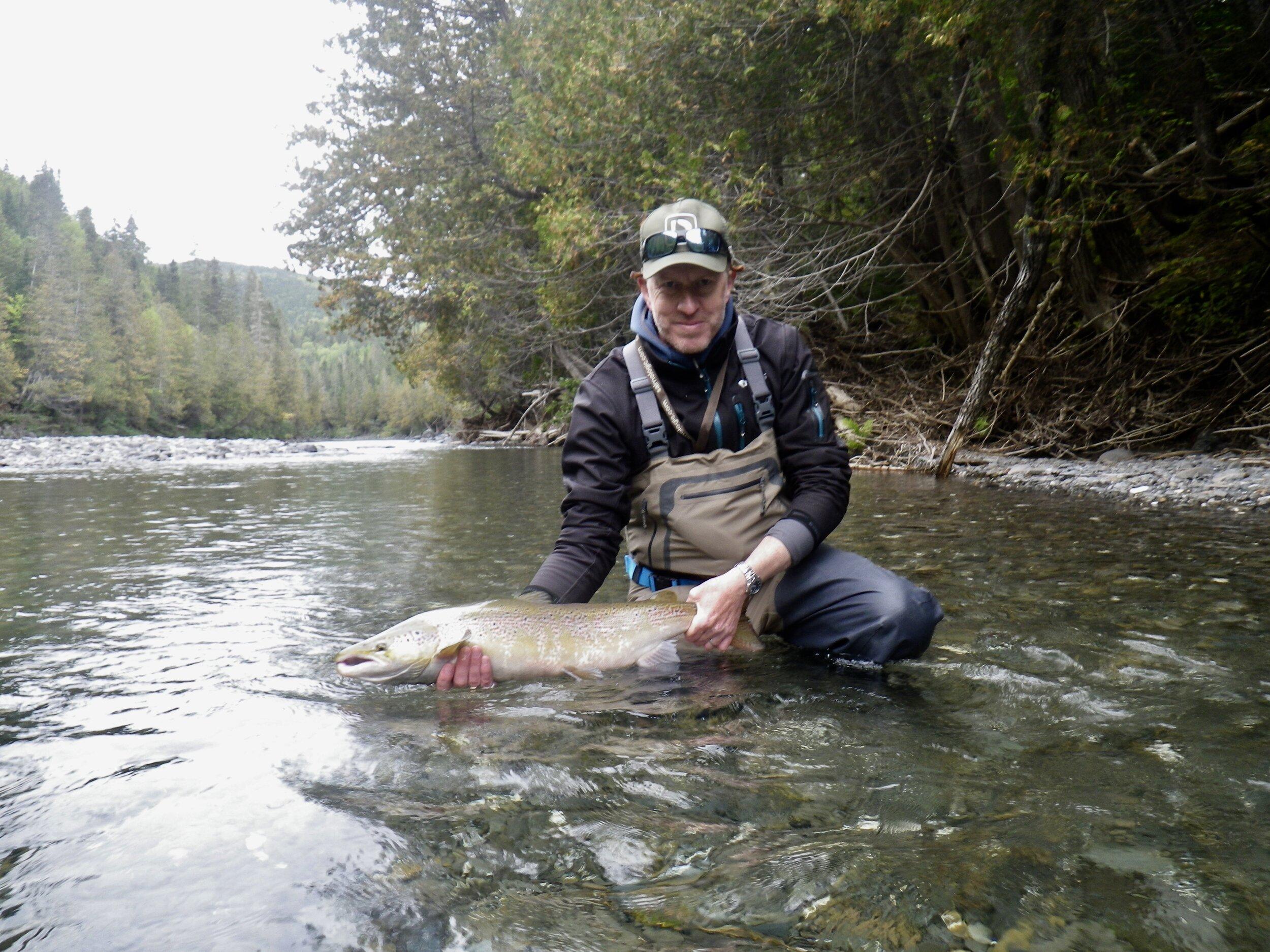 Connor Wallace a pris ce magnifique saumon sur la rivière Bonaventure. Beau travail, Connor!