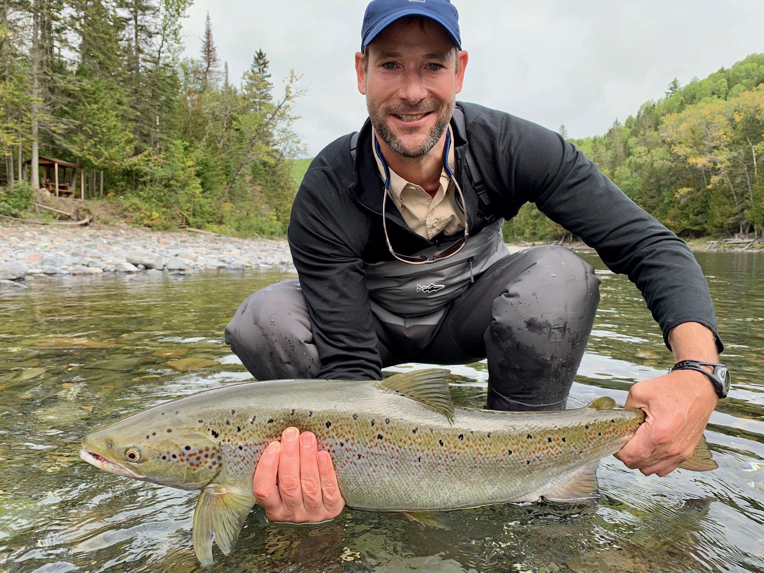 Nous avons accueilli Jamie Childs pour la première fois cette semaine au Camp Bonaventure. Le voici avec un beau saumon capturé dans la rivière Bonaventure. Bien joué, Jamie!