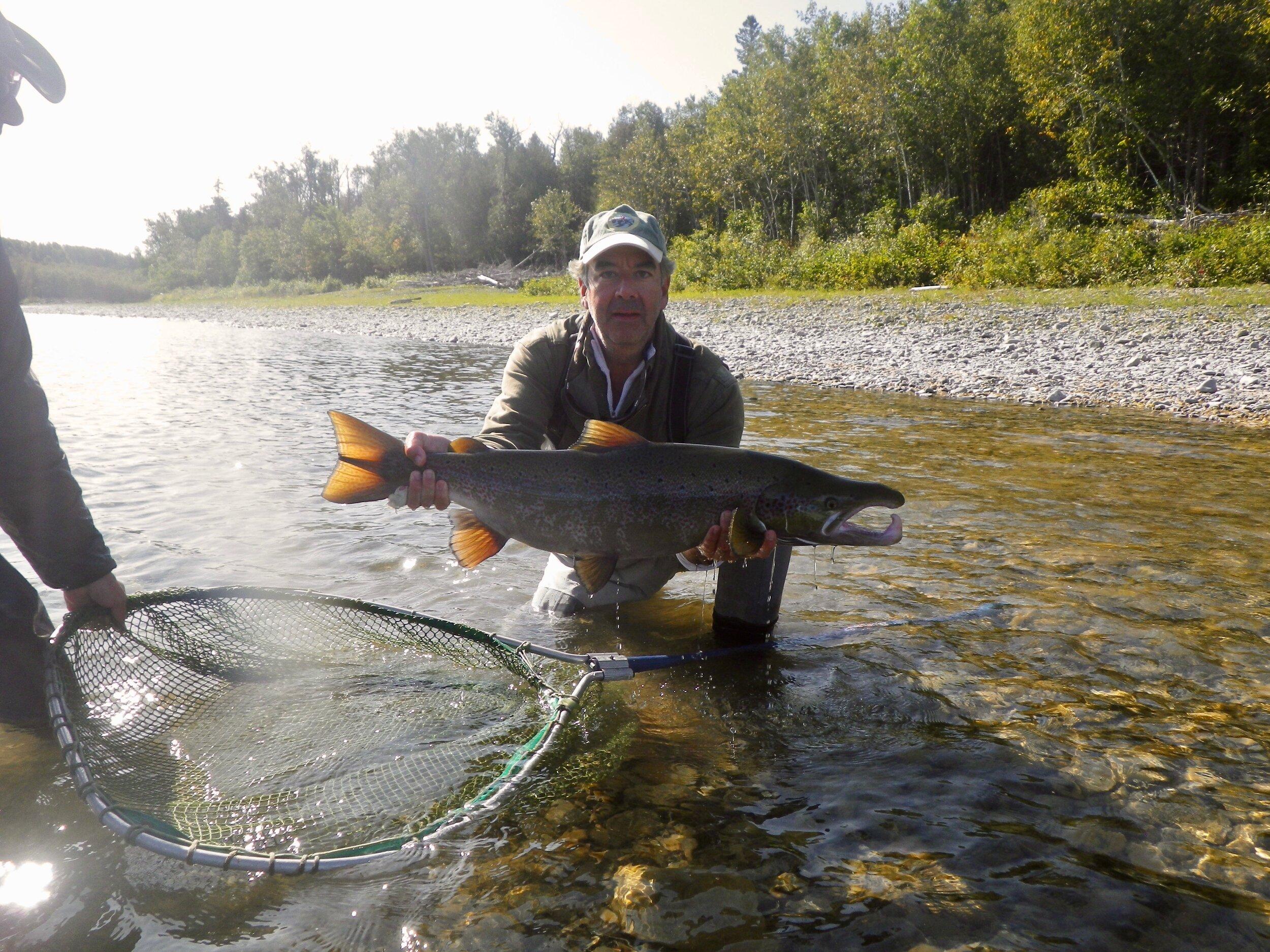 Gardi Willis n'était jamais venu au Camp Bonaventure et je crois bien que les rivières ont été très généreuses pour lui. Le voici avec un magnifique saumon capturé dans la rivière Bonaventure.