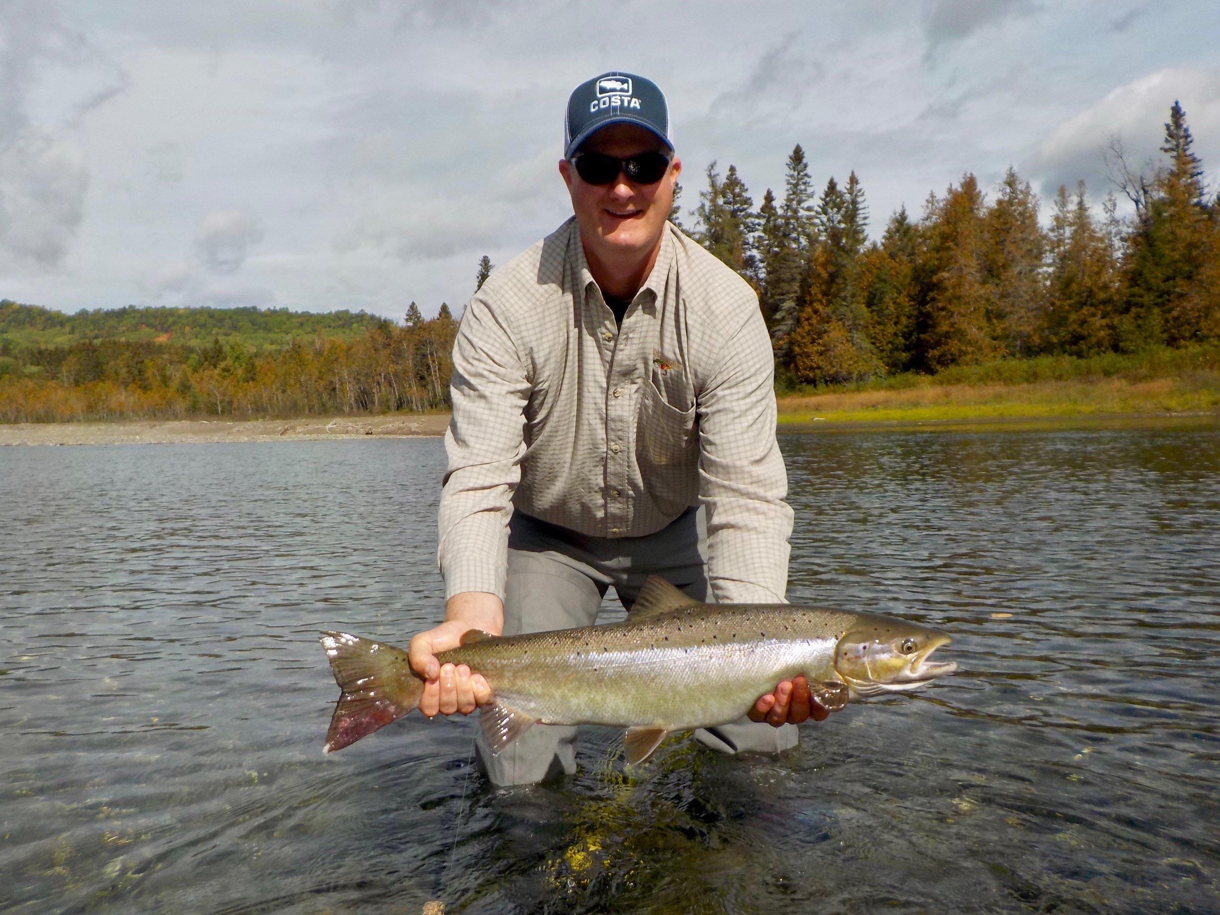 Tyler Gardner a capturé cette magnifique femelle sur la rivière Bonaventure en compagnie de notre guide John. Beau travail, messieurs!