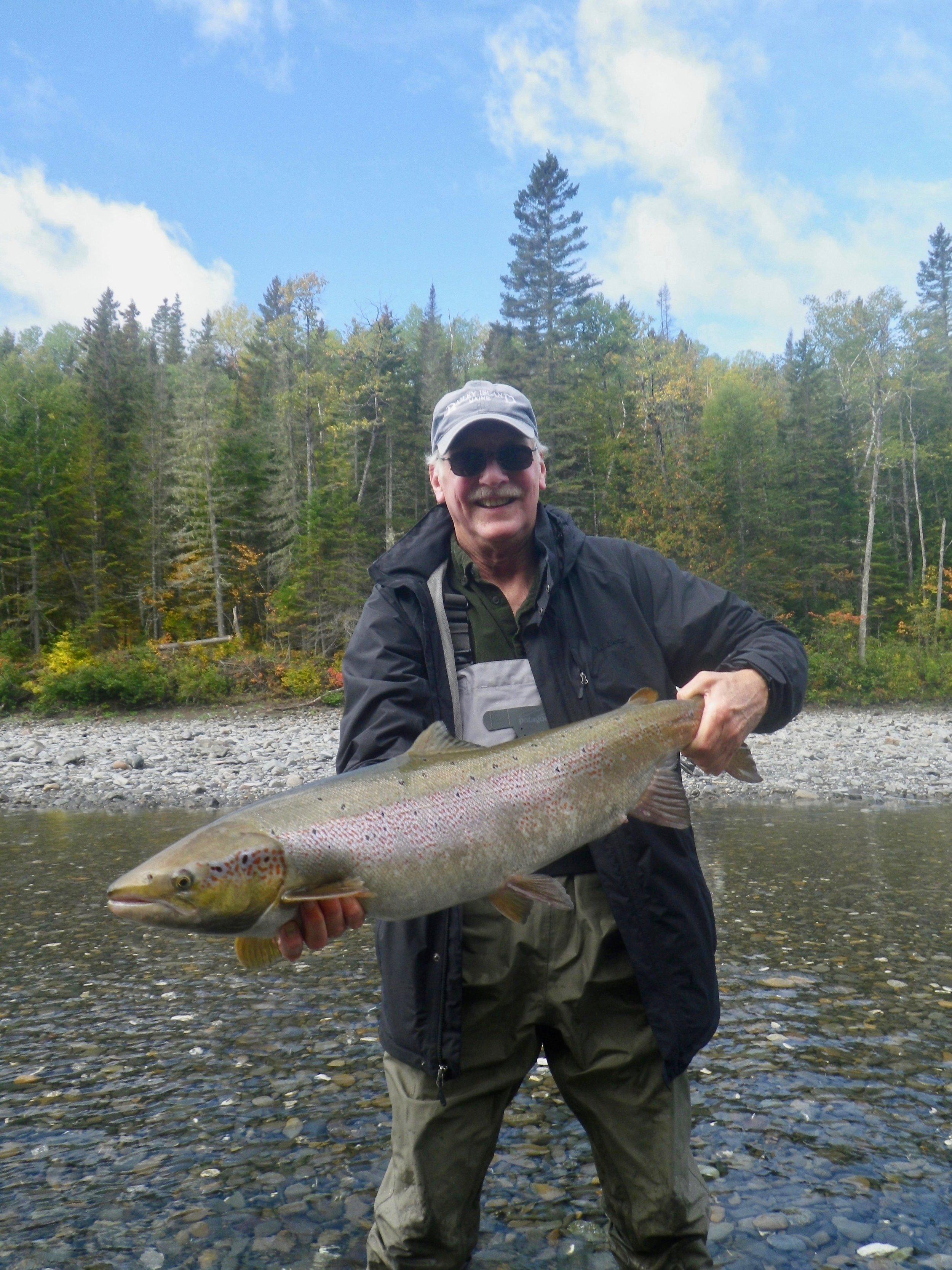 Jack Hanshaw, en visite au Camp Bonaventure pour la première fois, a capturé ce superbe saumon sur la Petite Cascapédia. Félicitations, Jack!
