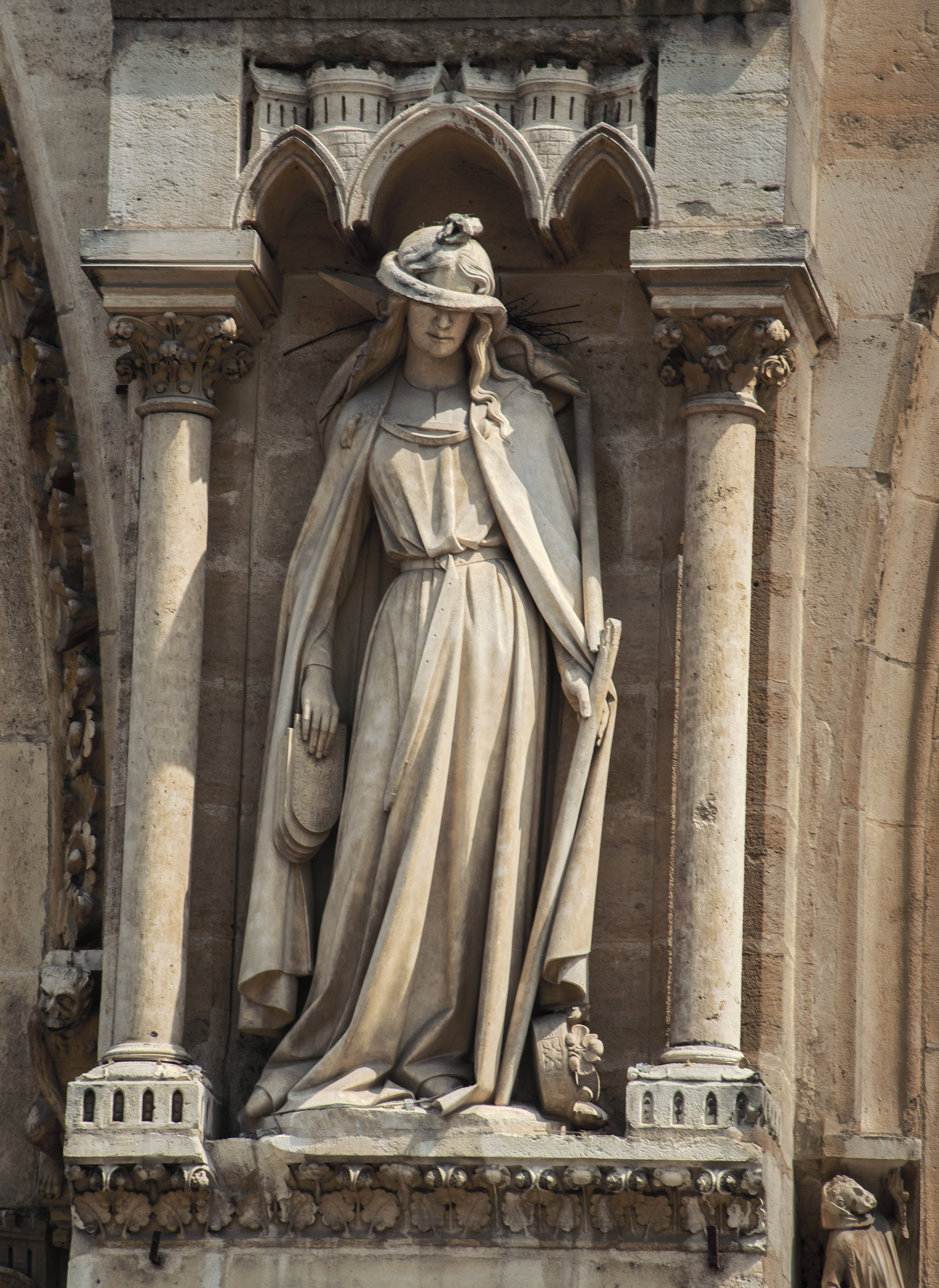 Statue_IN_FRONT-OF_NOTRE_DAME0242.jpg