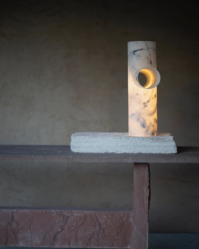 The Lomas lamp attempts to create a stark materiality by using traditional chisel marks that were made on stone to level surfaces. Using the meditative practice of repetition, the boulder is chiseled by hand to form the base  On view @collectiblefair  Curated by Brent Dzekciorius @dzekdzekdzek  Scenography by @doppelstudio  #CollectibleFair #collectiblefair #studiorawmaterial #MarbleOffcuts