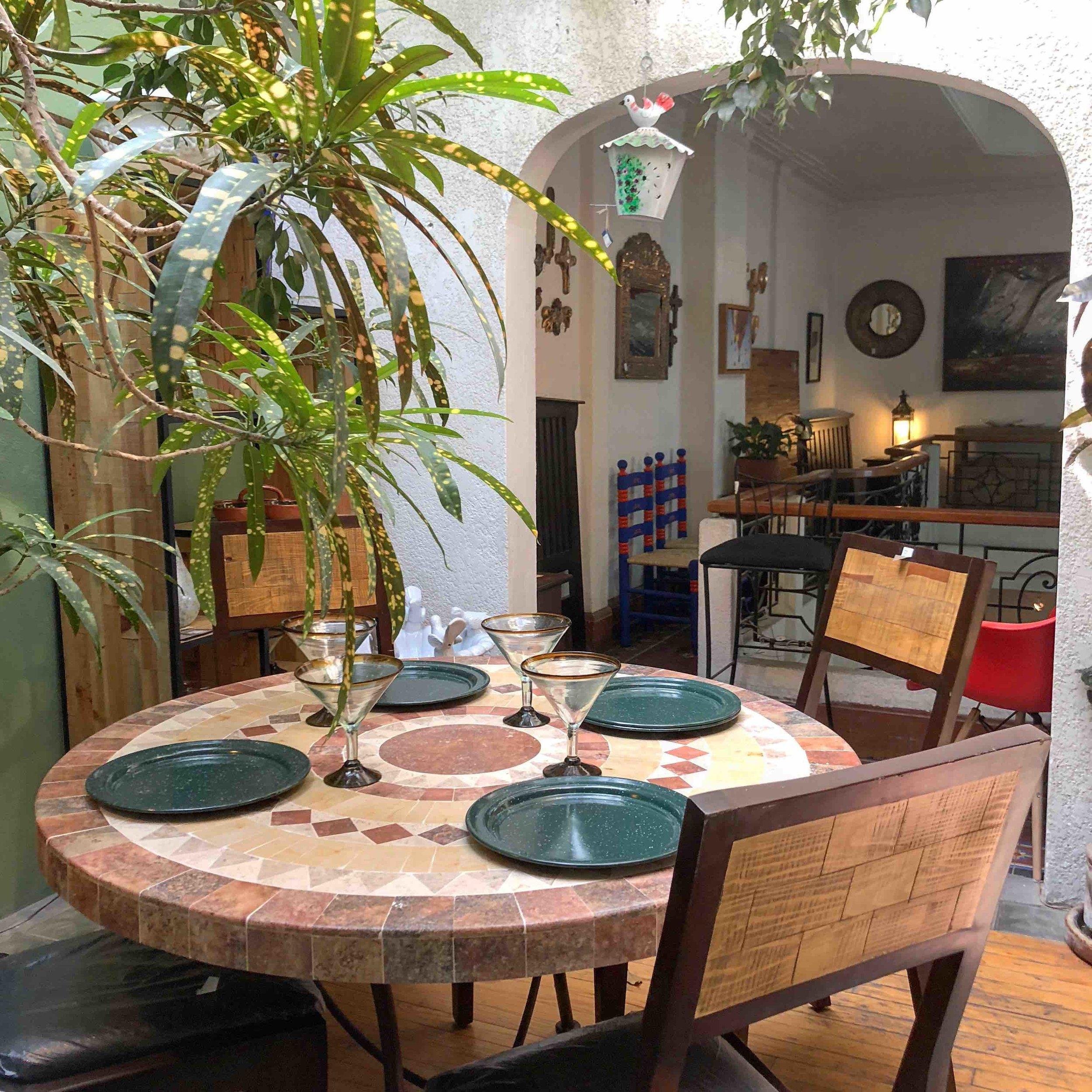 Comedor Cantera - Diámetro 120cm - $8,325Silla Taxco con Tule - $2,470Silla Madera $1,980