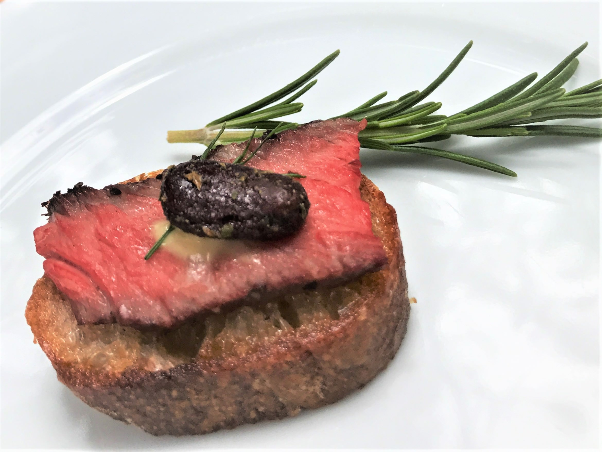 good-king-gourmet-snacking-cacao-joy-mint-rosemary-beef-ribeye-crostini-appetizer-pairing