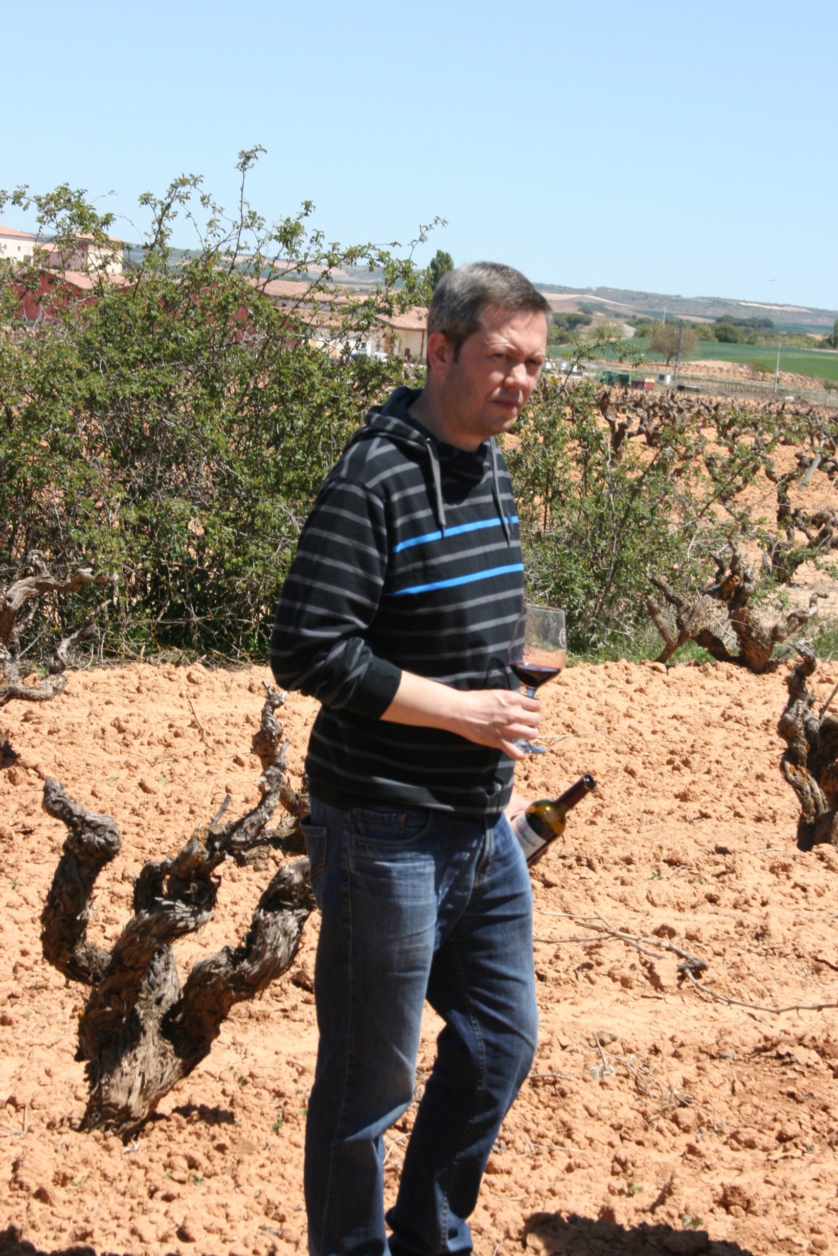 Winemaker Fernando de la Cal showcasing his old family vineyard with many 80+ years old vines.