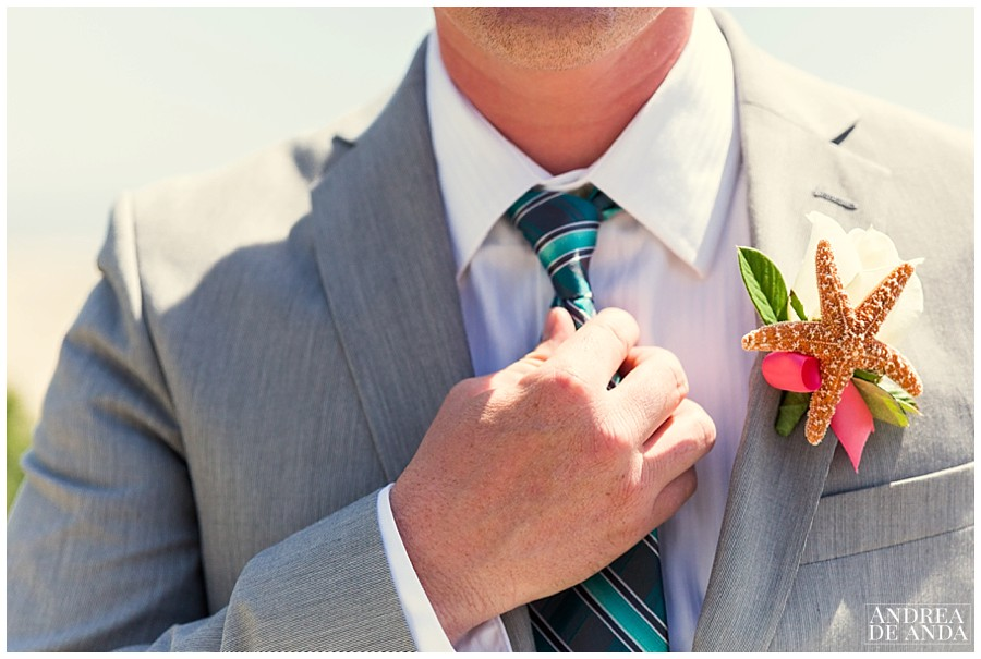 Look at this incredible boutonniere, one of the most creative ideas ever ! Beach wedding inspiration.
