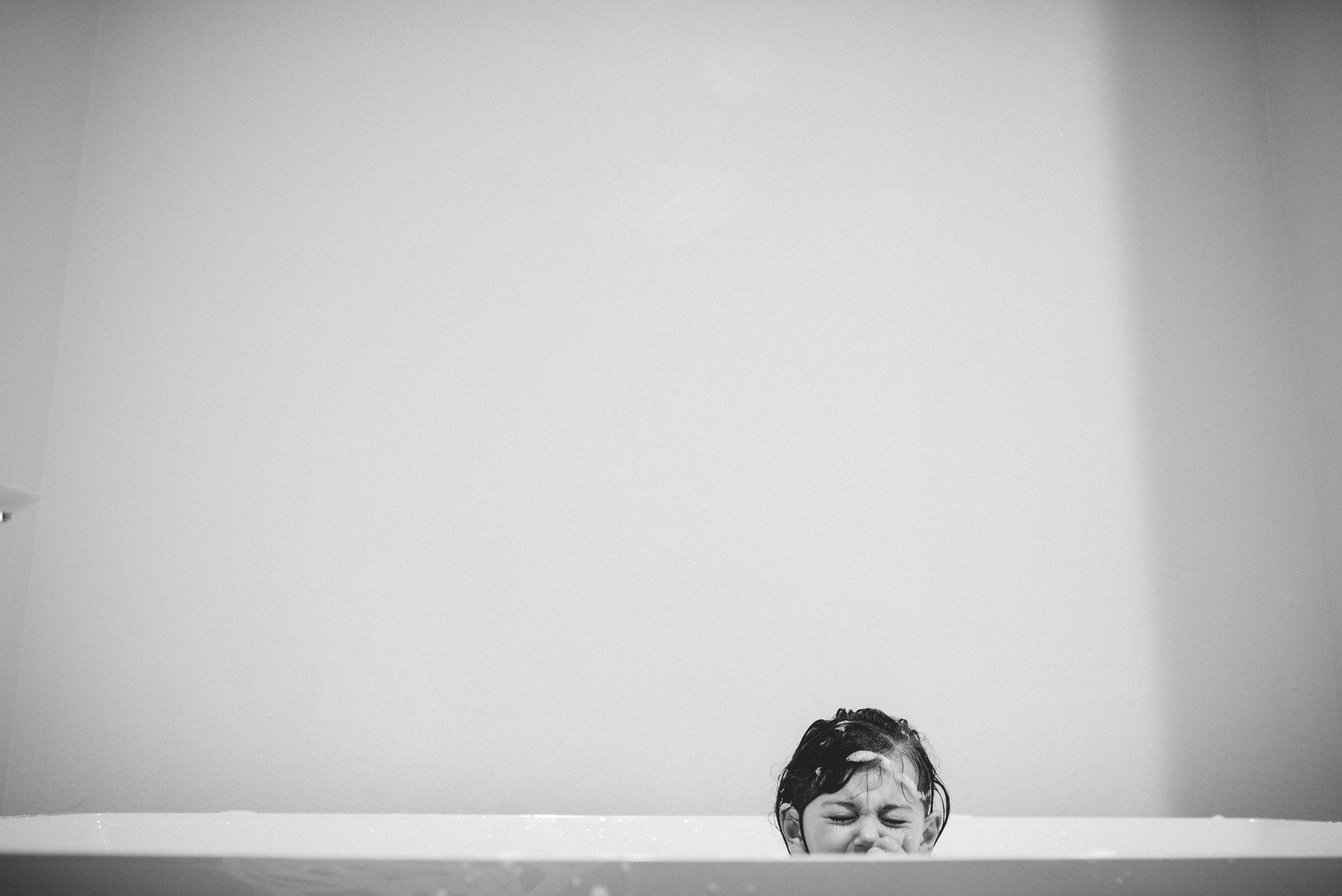 candid colorado family photo bath time