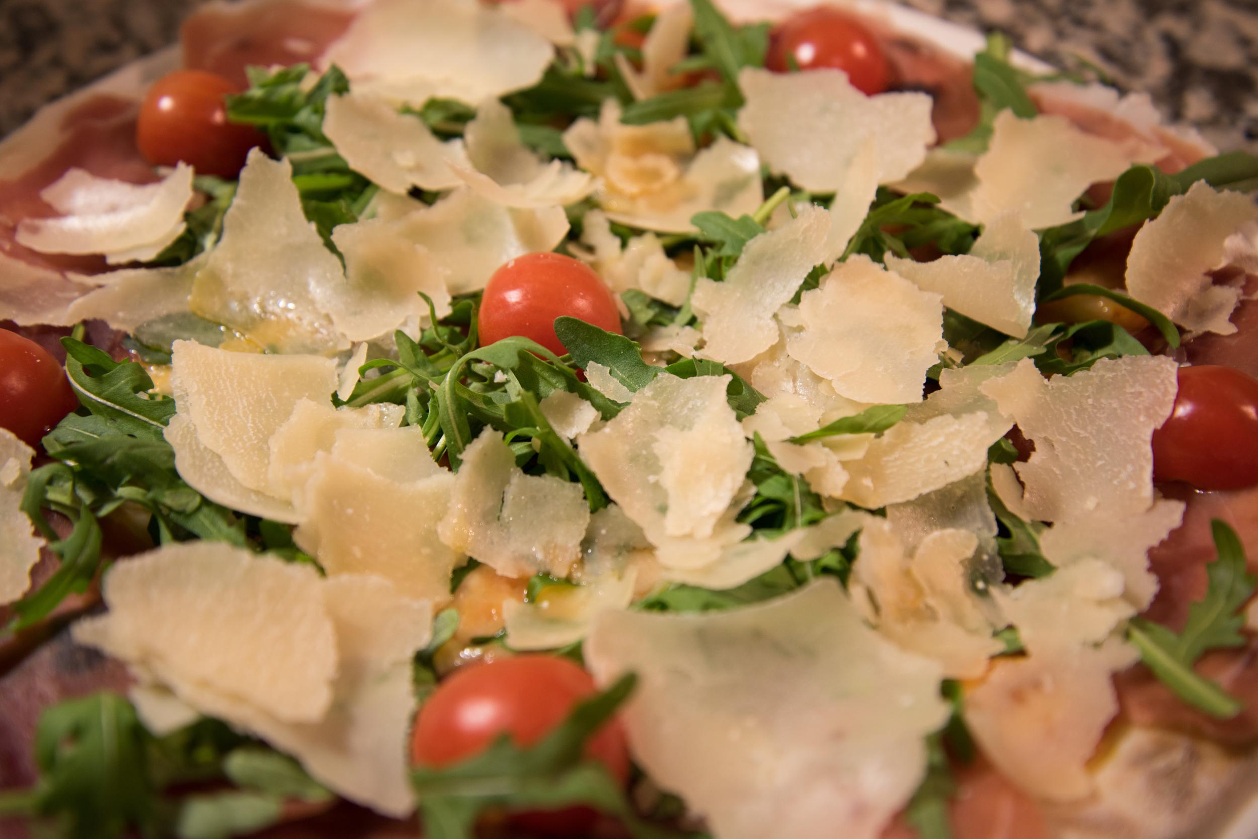 Zu jedem Menü servieren wir einen Salat und ein Dessert.
