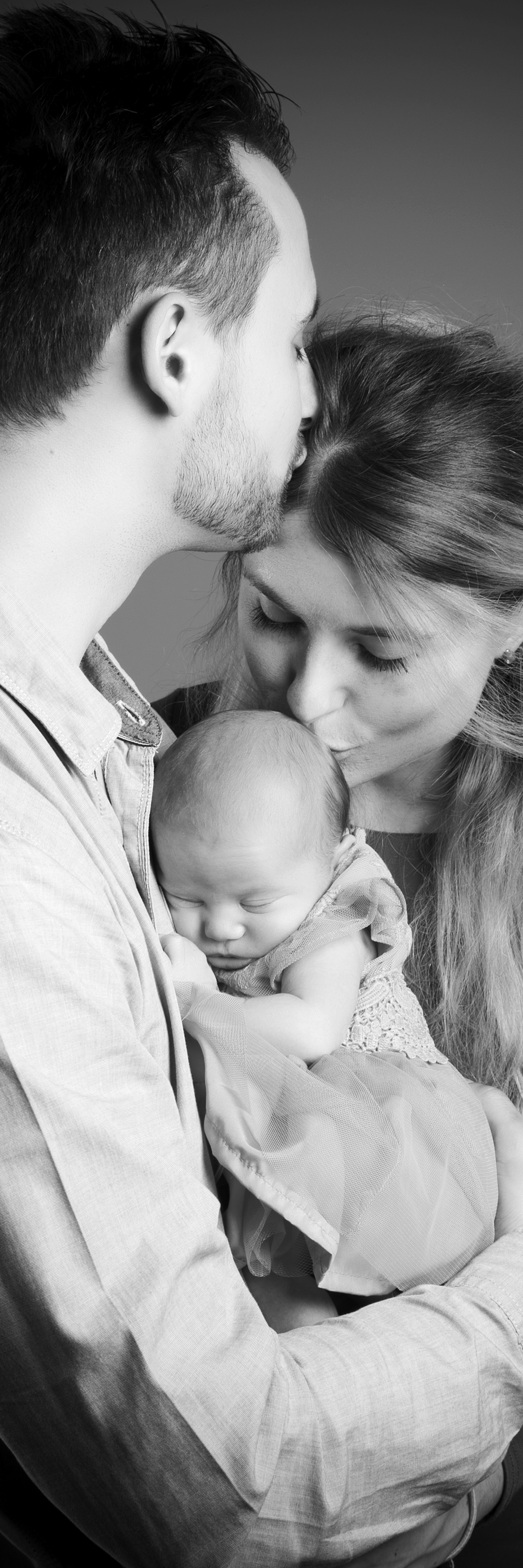 photography-studio-leicester-photo-shoot-photographer-baby-first-zigzag-zig-zag-family-clarendon-park-photographer-queens-road-ideas-props-newborn-parents-kiss.jpg