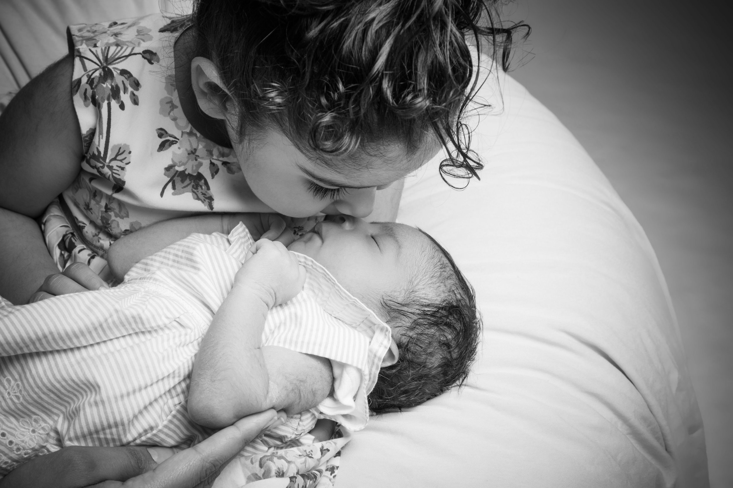 zigzag-photography-leicester-newborn-baby-family-photographer-photography-siblings-kiss