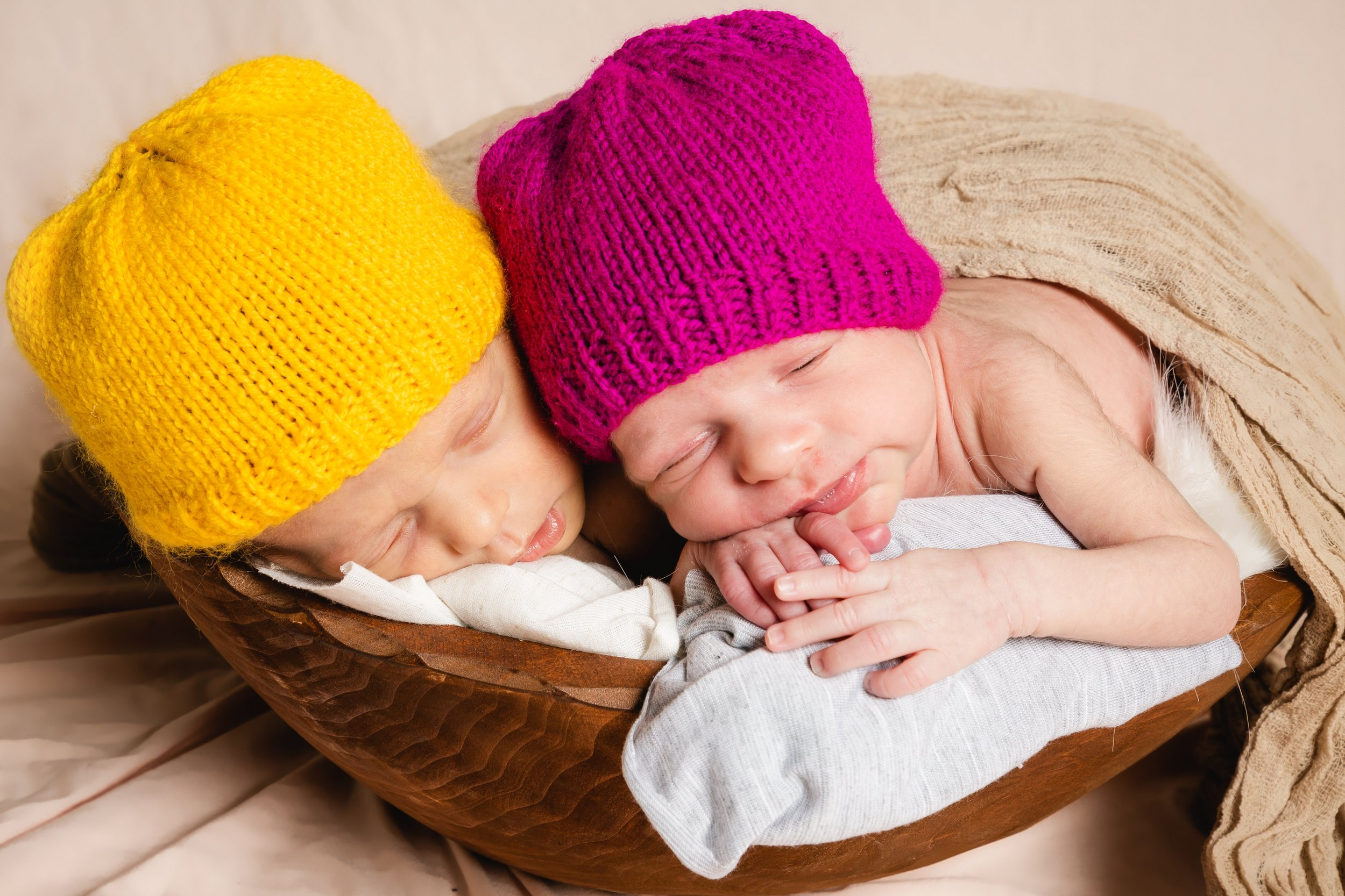zigzag-photography-leicester-newborn-baby-family-photographer-photography-twins-hats-props-idea-pose