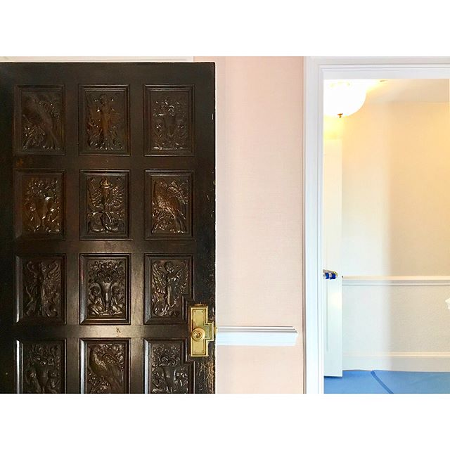 3/3 Foyer // A 100-yr old door with secrets leads to a pink linen foyer with a secret door 🤫 swipe 👉🏼 #ABHNobHill renovation . . . . .  #housetour #interiordesign #design #architecture #renovation #homedecor #interiorlovers #interiorboom #interiordesire #interiordetails #interiorforinspo #homereno #homedetails #homedecorideas #myhomevibe #interior123 #currentdesignsituation #sodomino #howwedwell #myhousebeautiful #housegoals #interior_and_living #dailydecordose #design #home