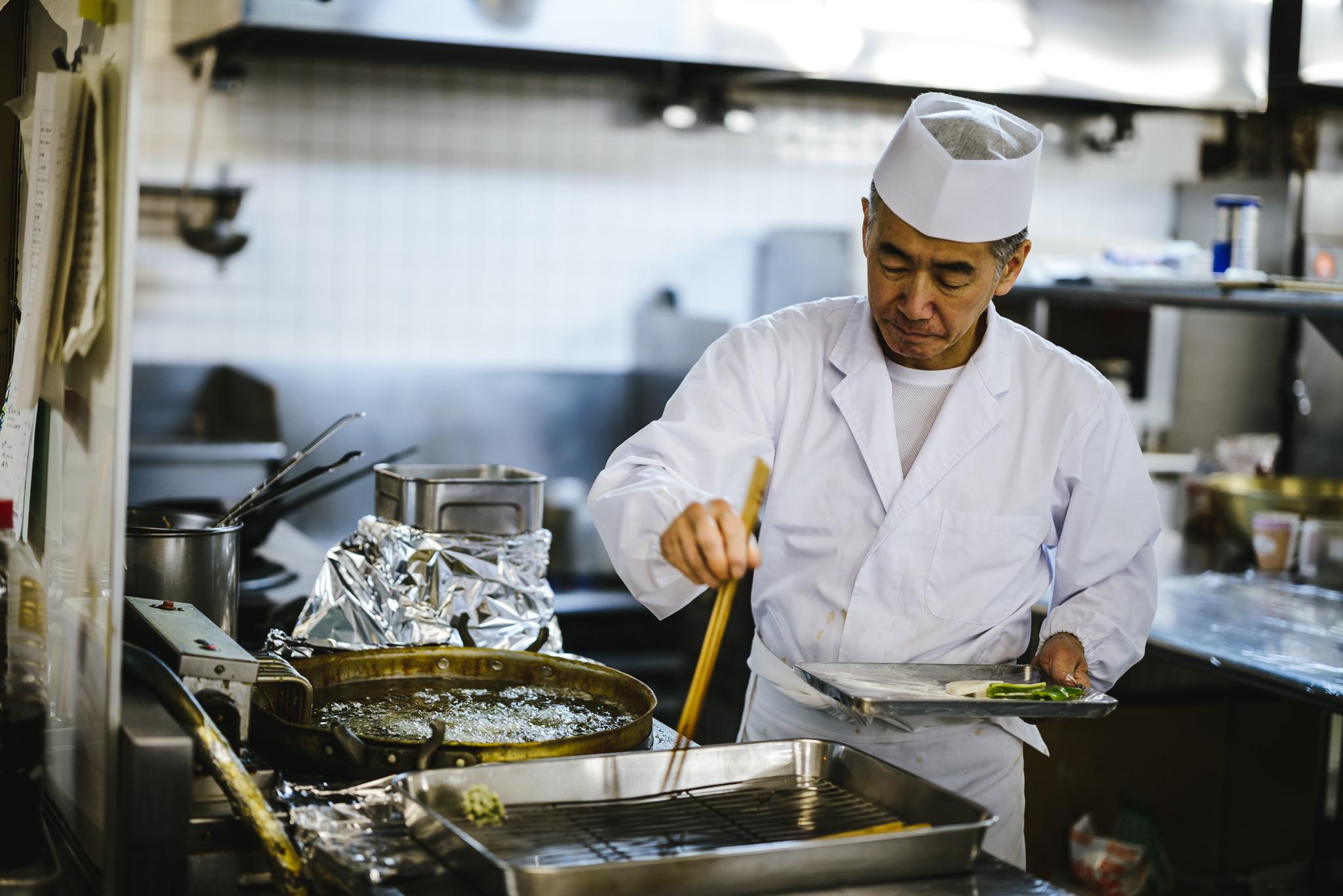 Rusutsu chef prepares tempura